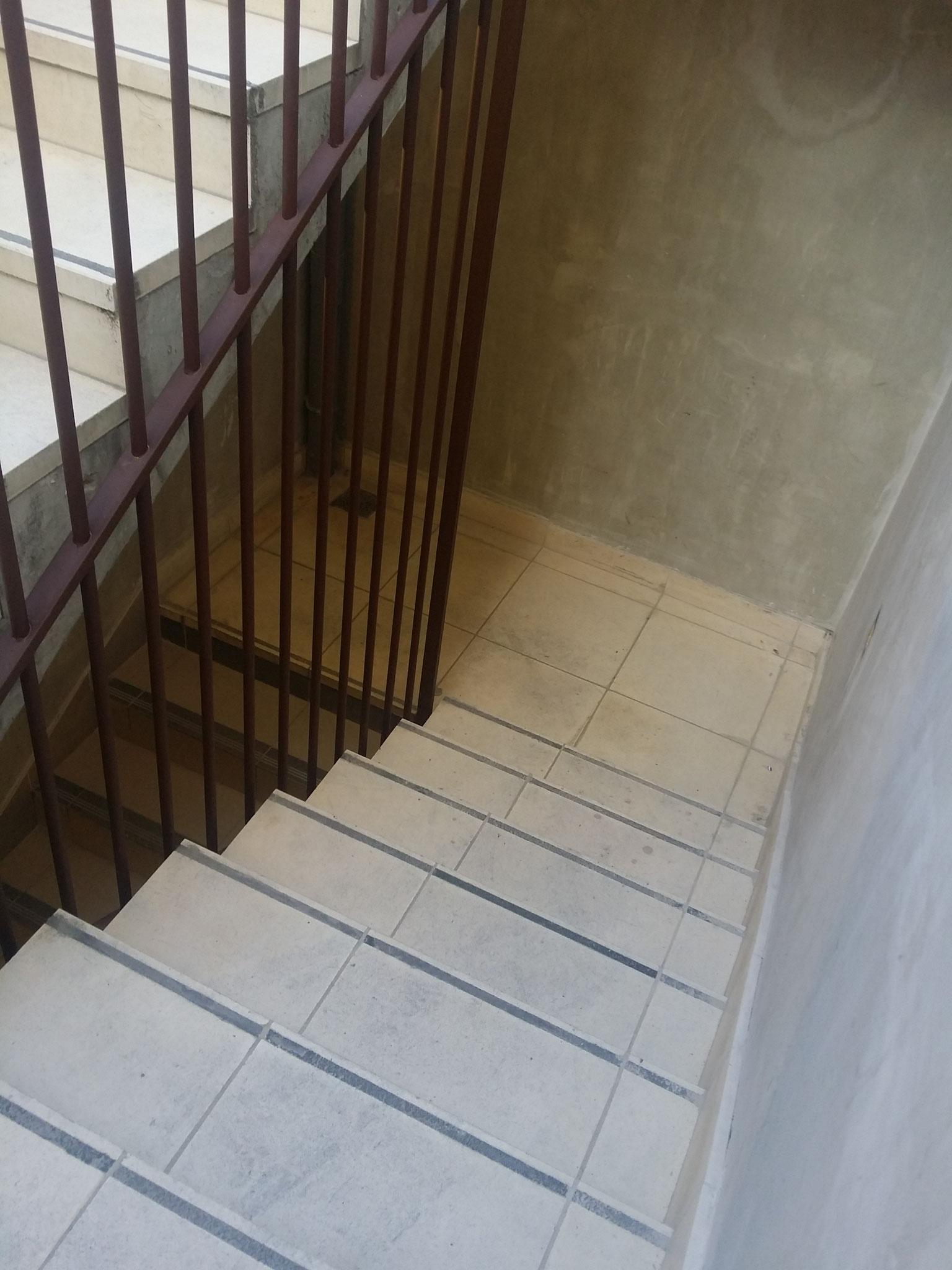 Absence de main courante de part et d'autre de l'escalier