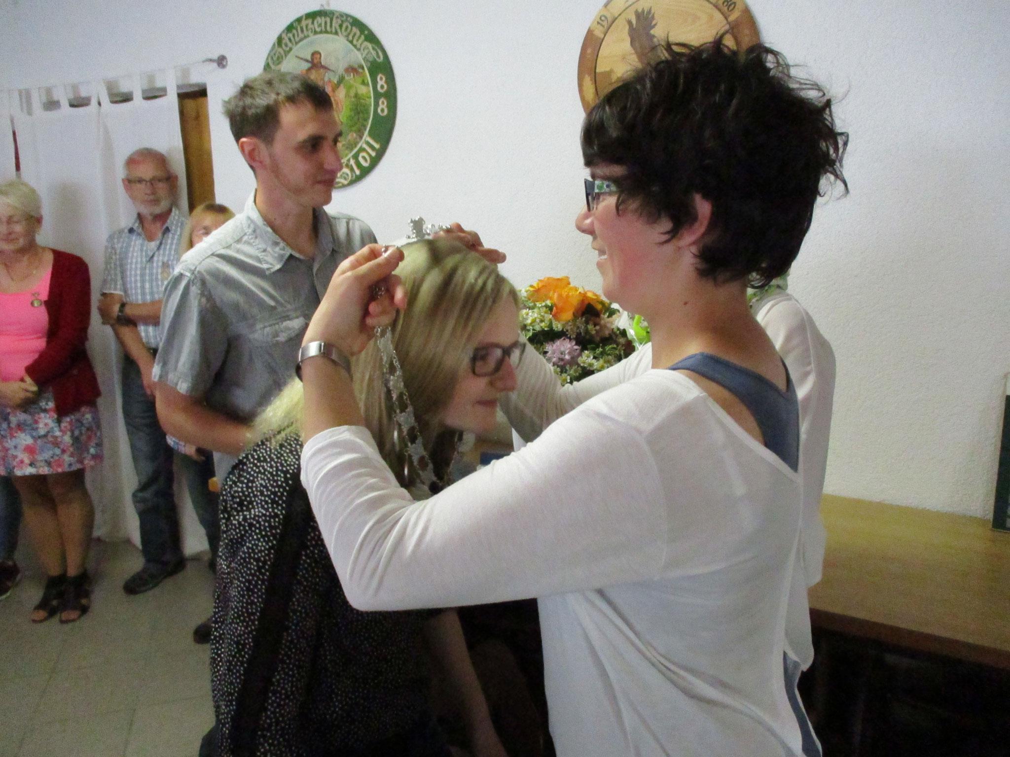 Übergabe der Königskette von Kerstin Huber an Gina Kraus