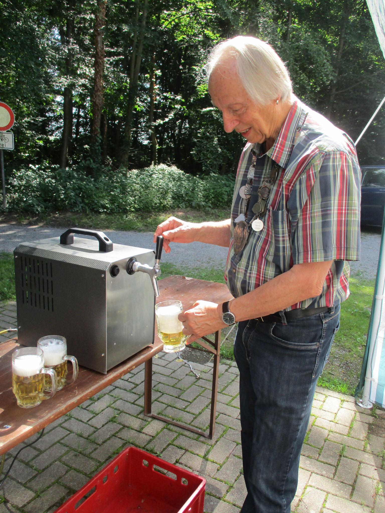 Roland Hansert beim Fassanstich