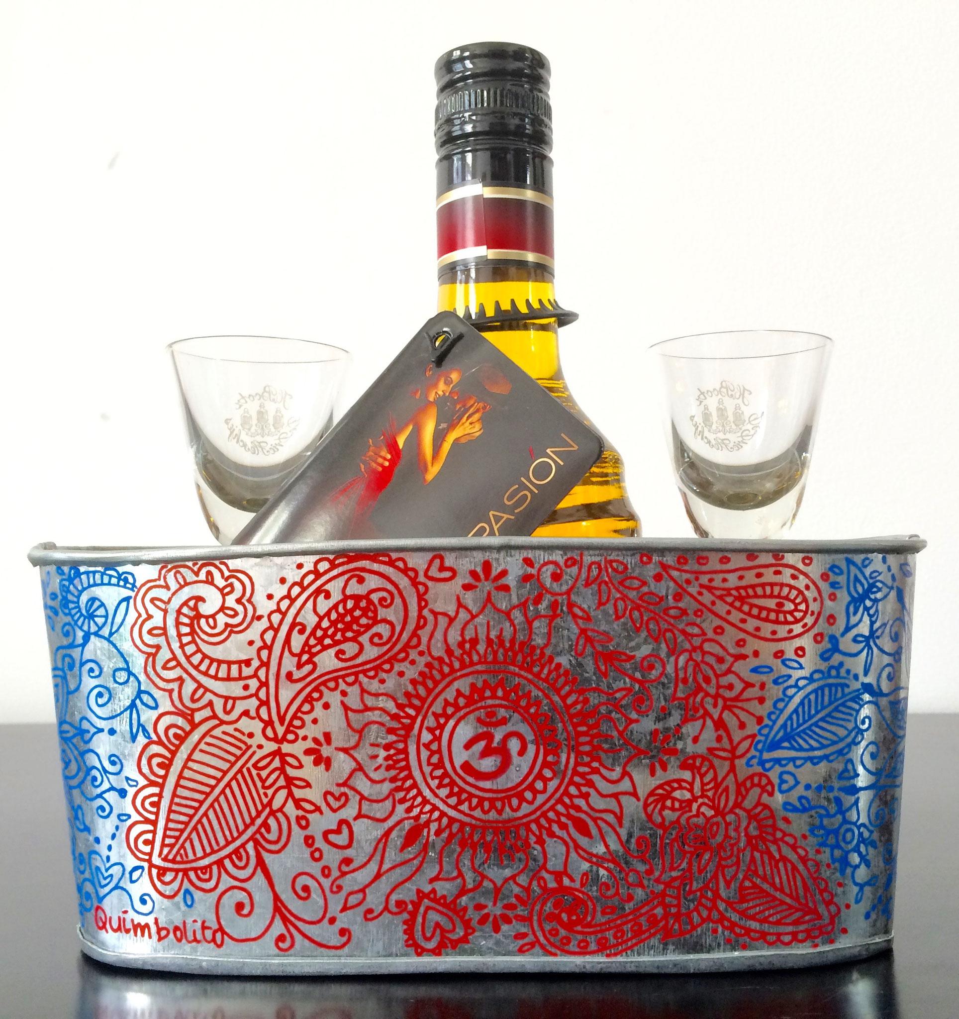 Likeurflesje met glaasjes in gedecoreerd metalen houder