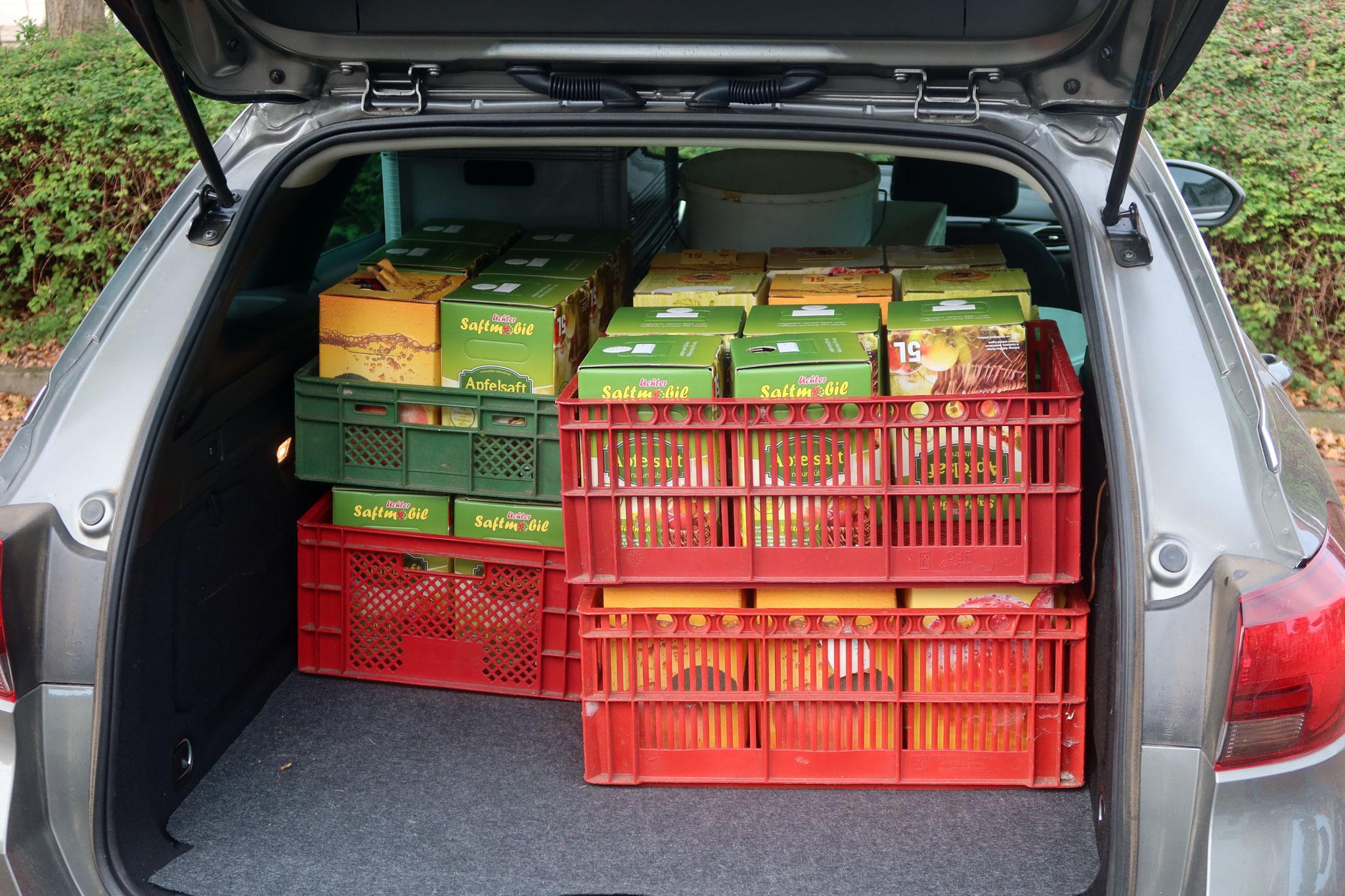 Kofferraum voller Kartons