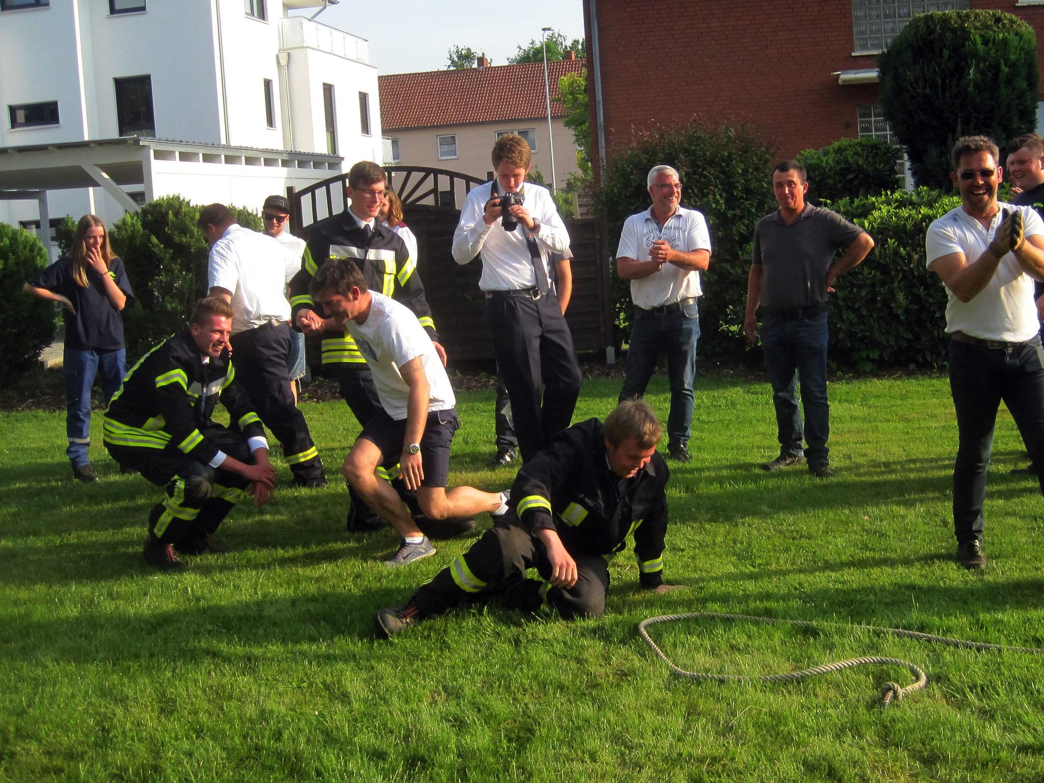 gegnerische Feuerwehr am Boden