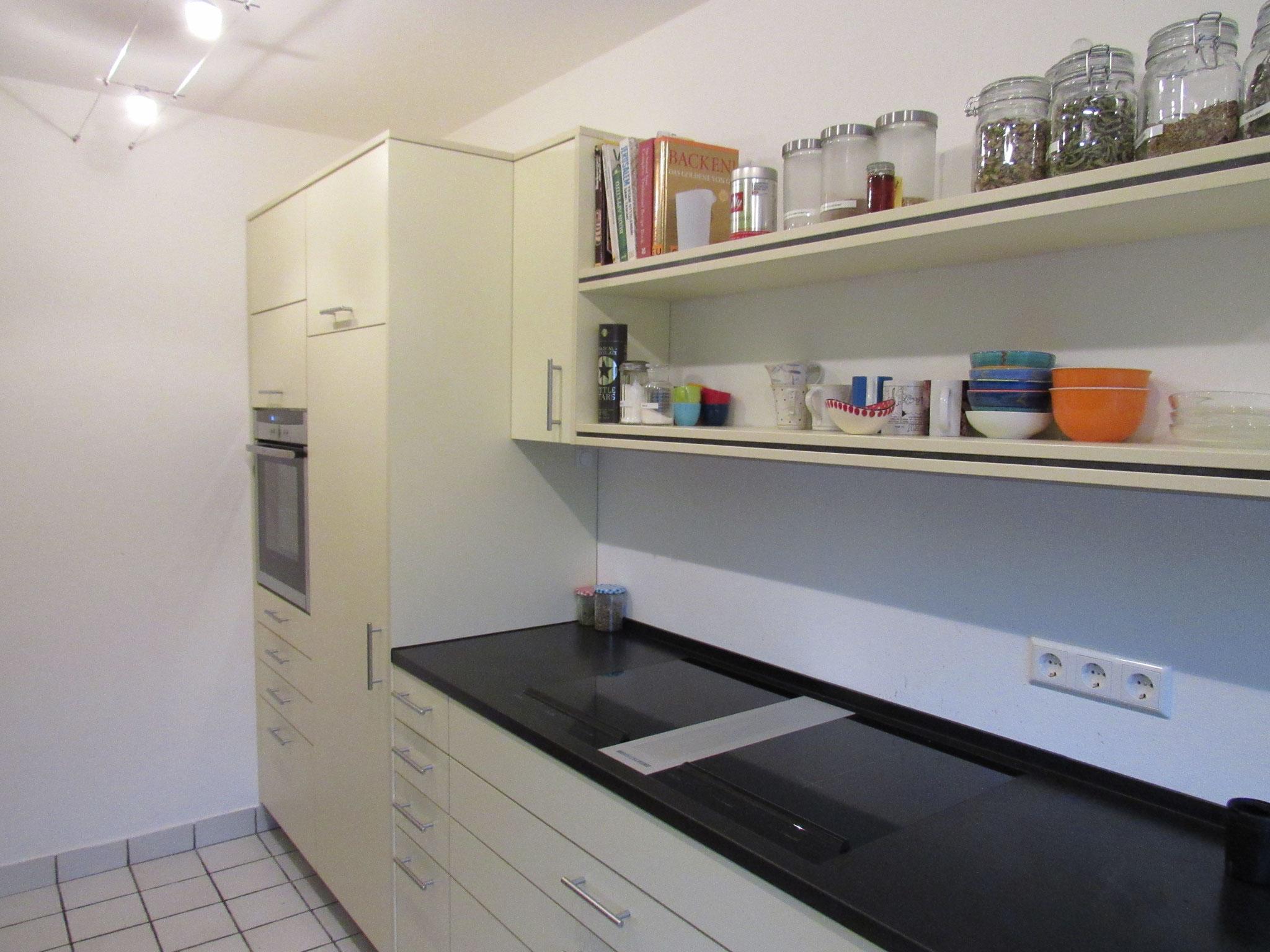 Einbauküche mit Flächenbündig eingelassener Dunstabzug in der Arbeitsfläche