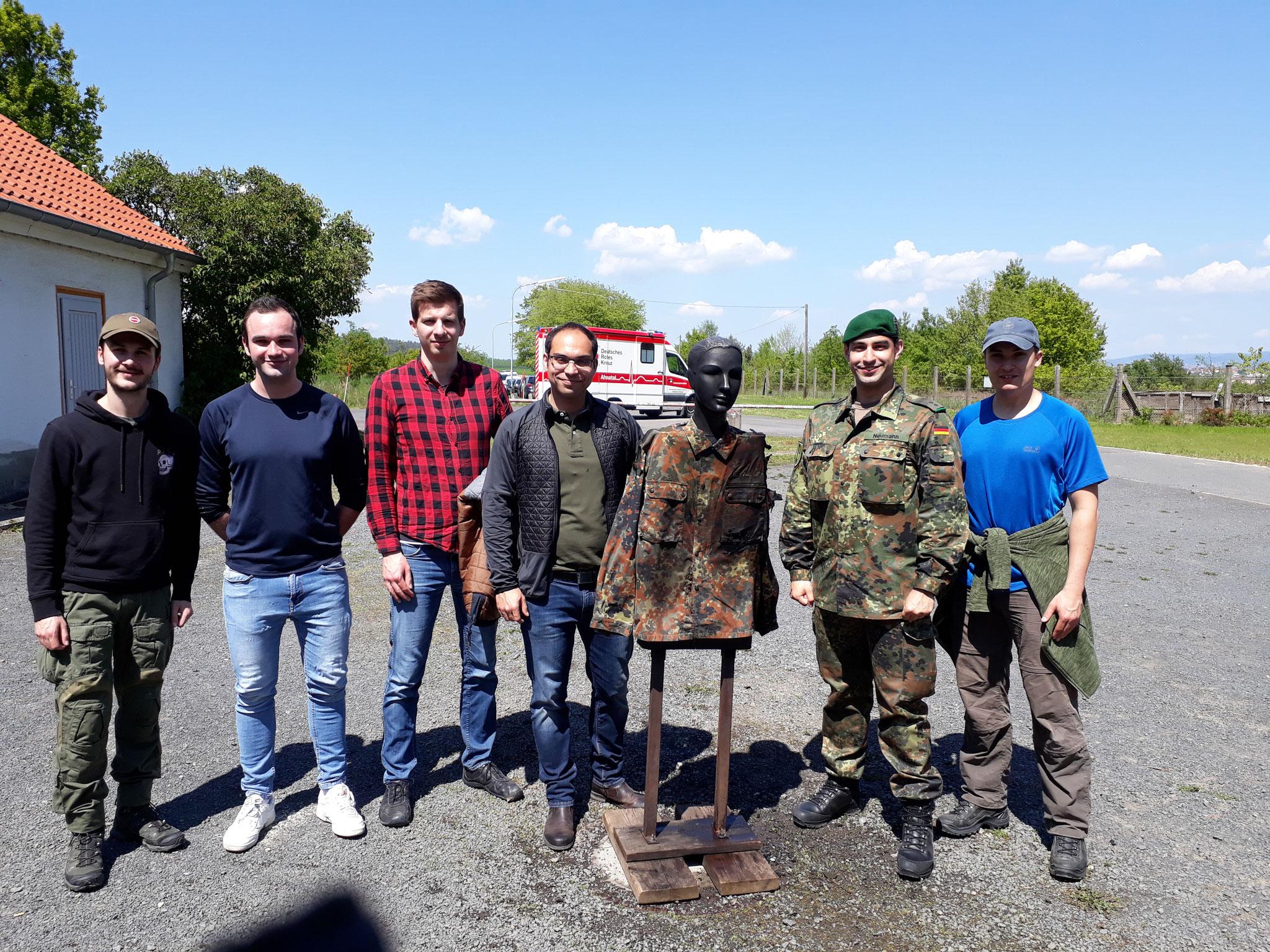 """Die Teilnehmer der KAS bei der Ausbildungsstation """"Löschen von brennenden Personen"""""""
