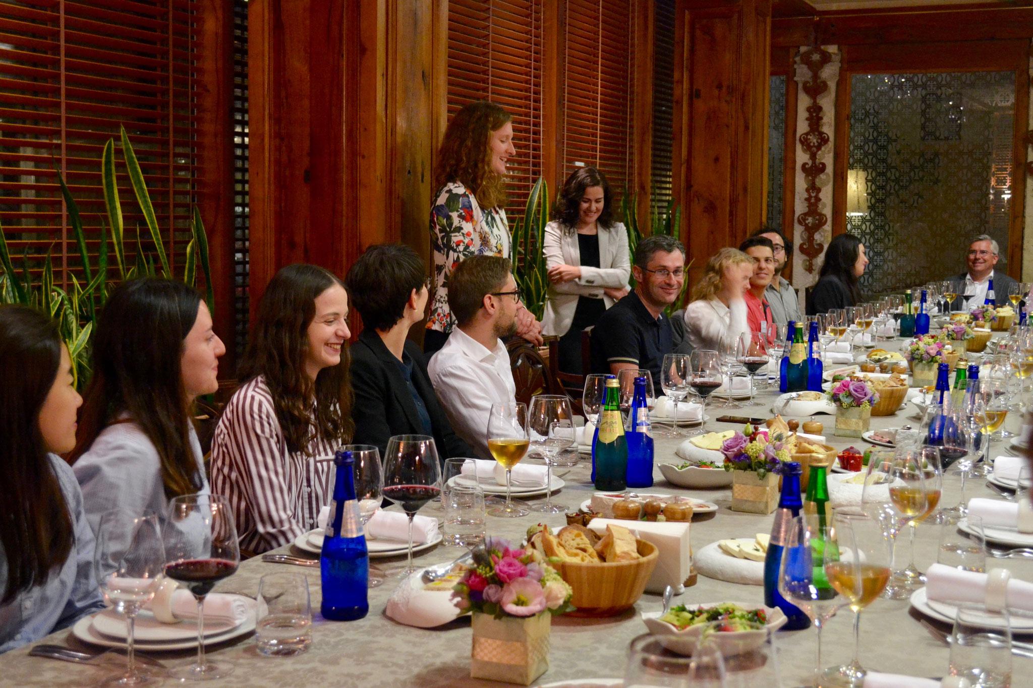 Beim Dinnervortrag informieren Christina Bellmann und Shorena Gharibashvili über die Arbeit der Konrad-Adenauer-Stiftung in Tiflis