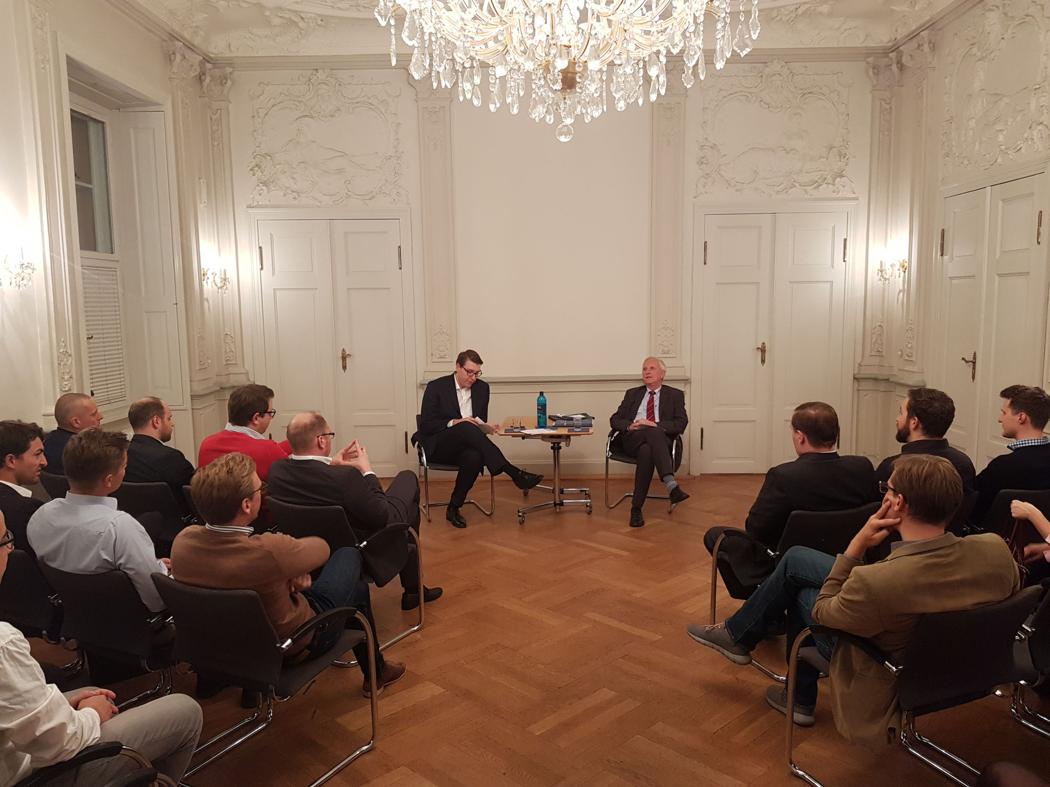 Brigadegeneral a.D. Dr. Klaus Wittmann führt in die sicherheitspolitische Thematik ein.