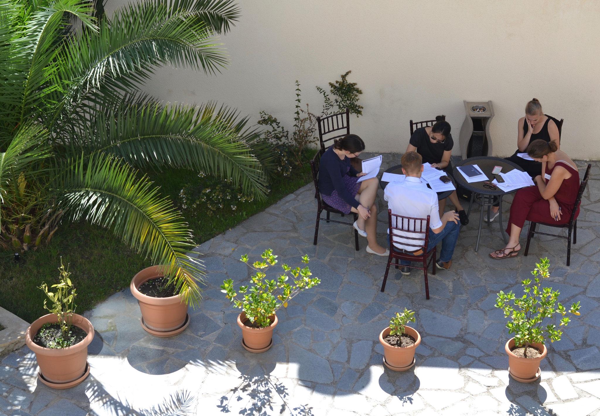 Eine Gruppenarbeit zur Rosenrevolution bei 30°C