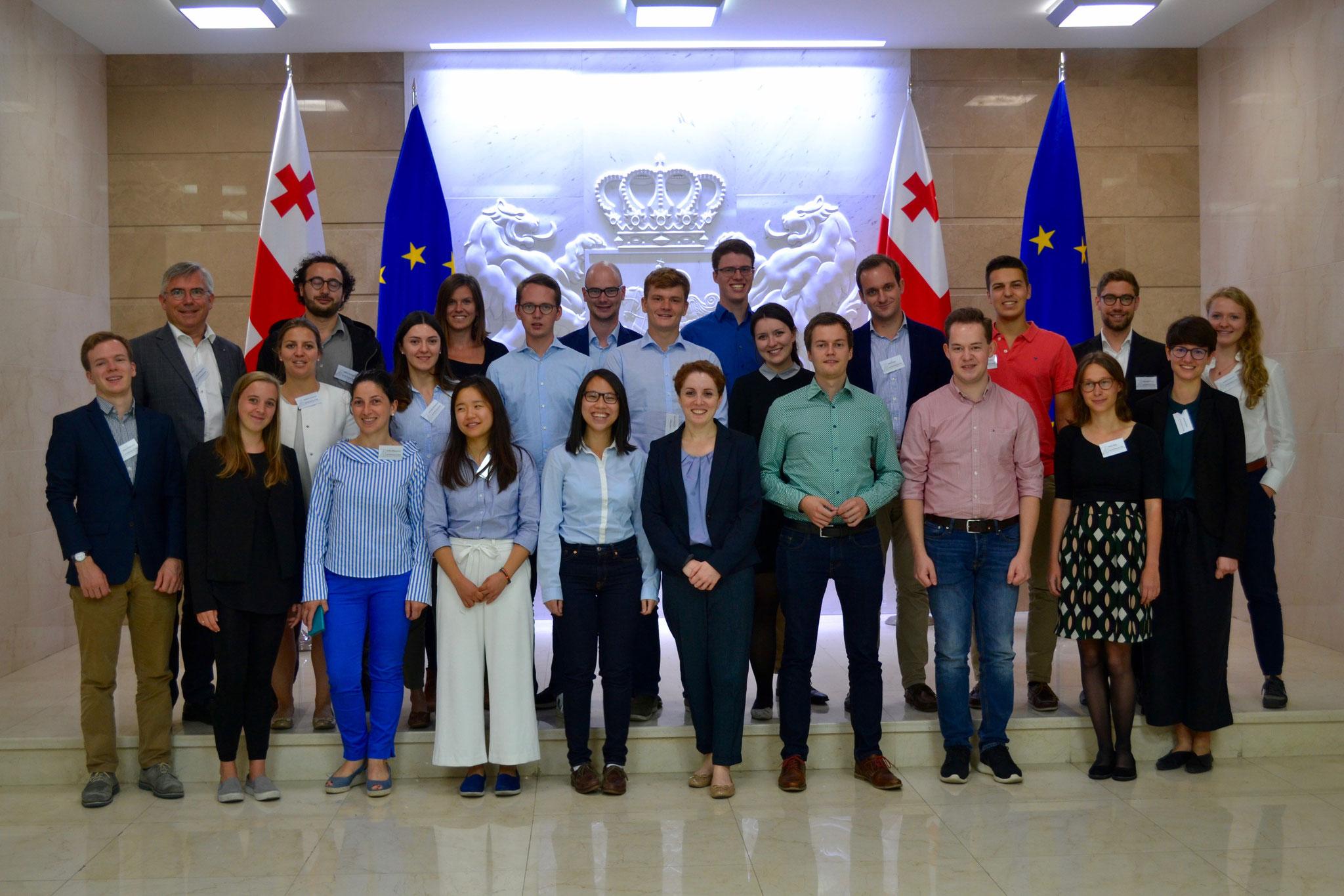 Die Stipendiaten nach dem Gespräch mit der Staatsministerin für Versöhnung und bürgerliche Gleichheit, Ketevan Tsikhelashvili