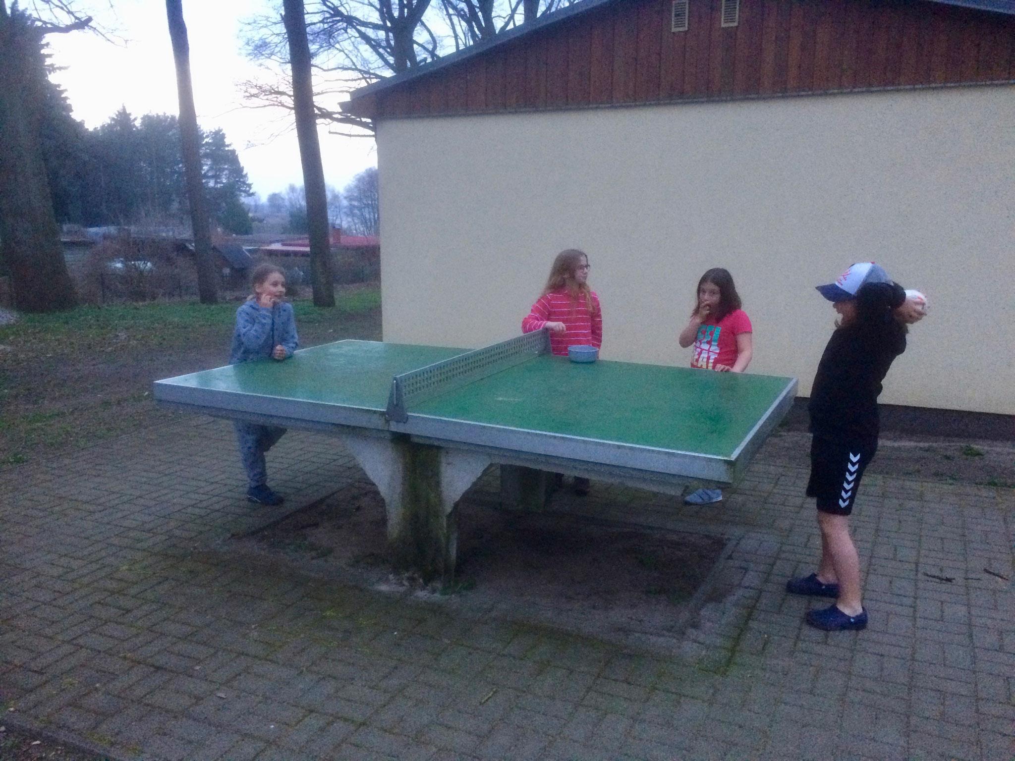 spielten die Mädchen Tischtennis...