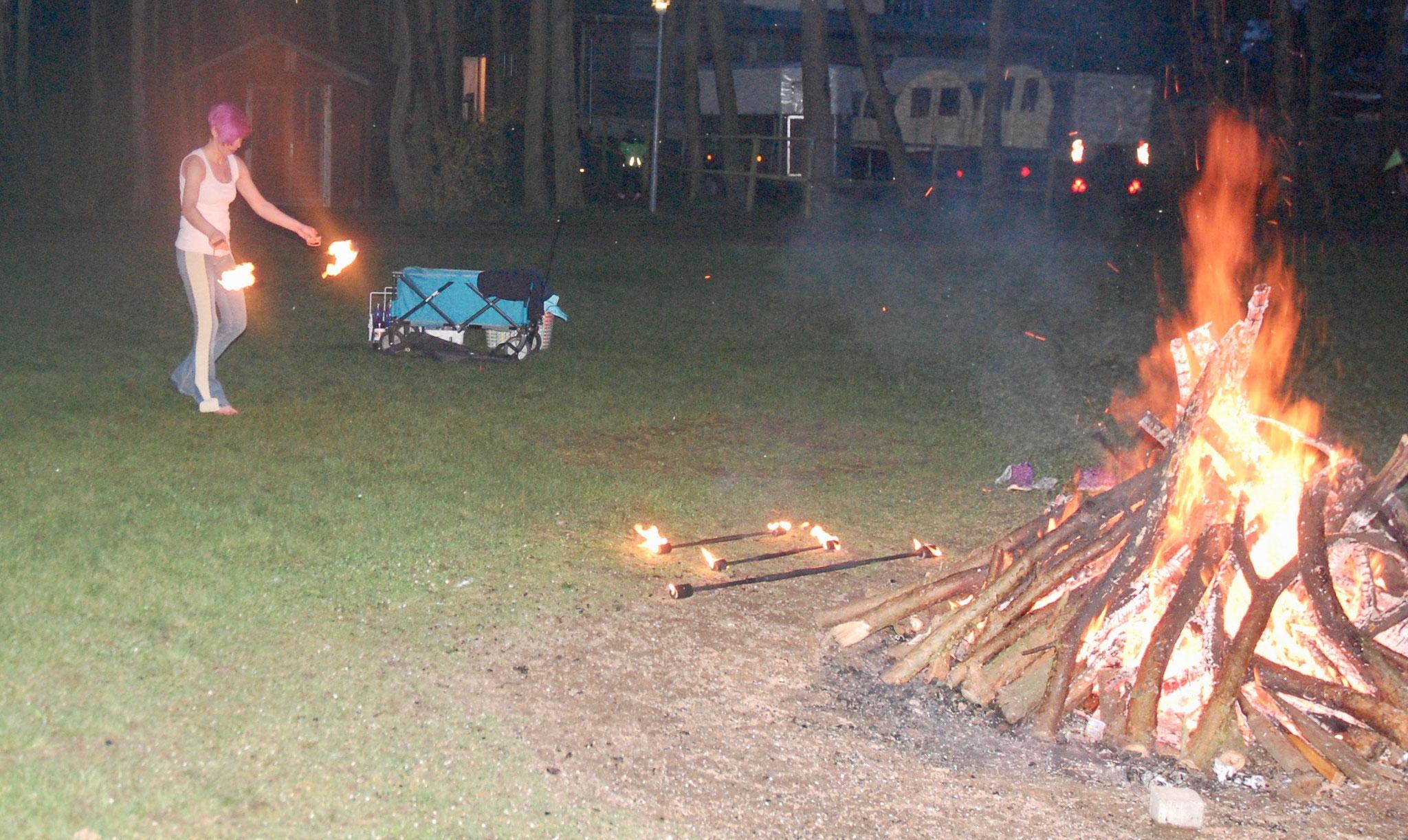 Feuershow von Trainerin Michéle.