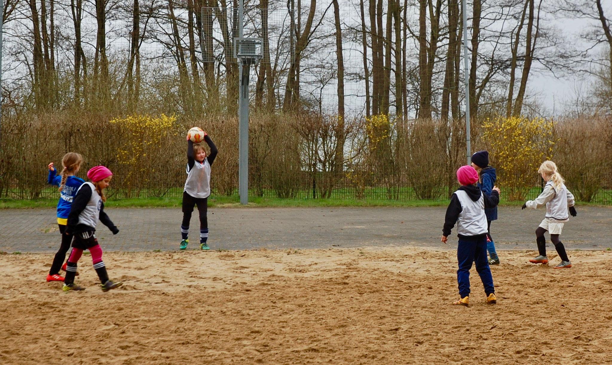 und besonders schwer für die Beine: beim Spiel auf dem Beach-Platz