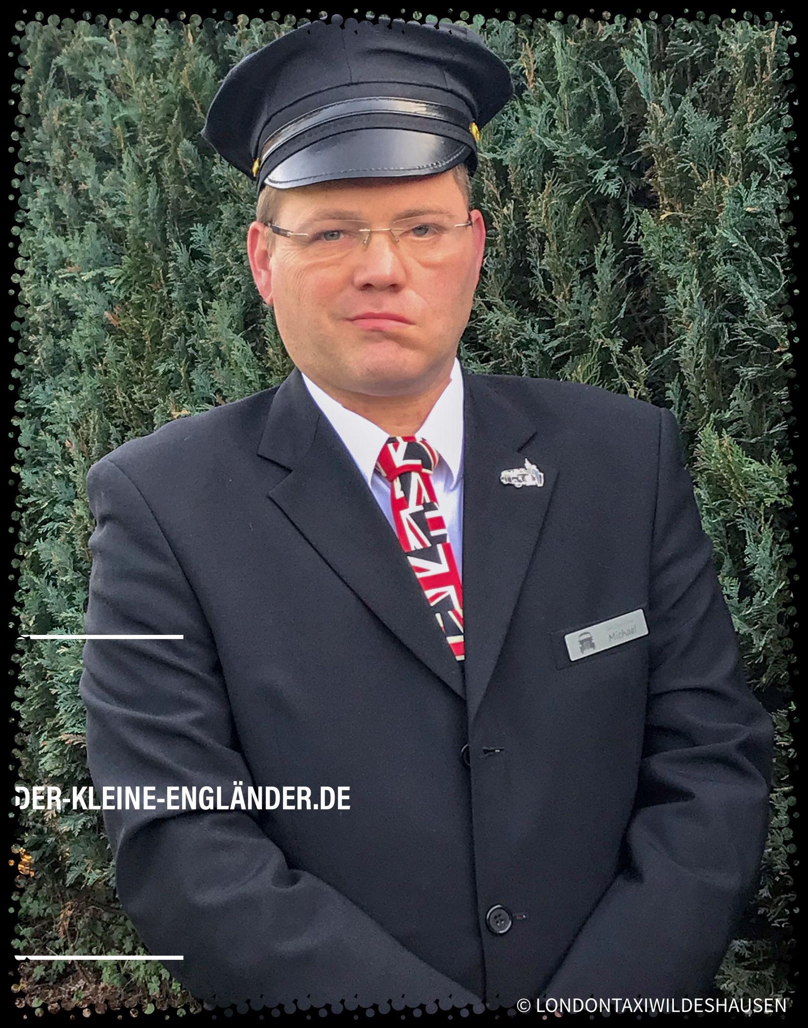 Chauffeur mit Union-Jack-Krawatte