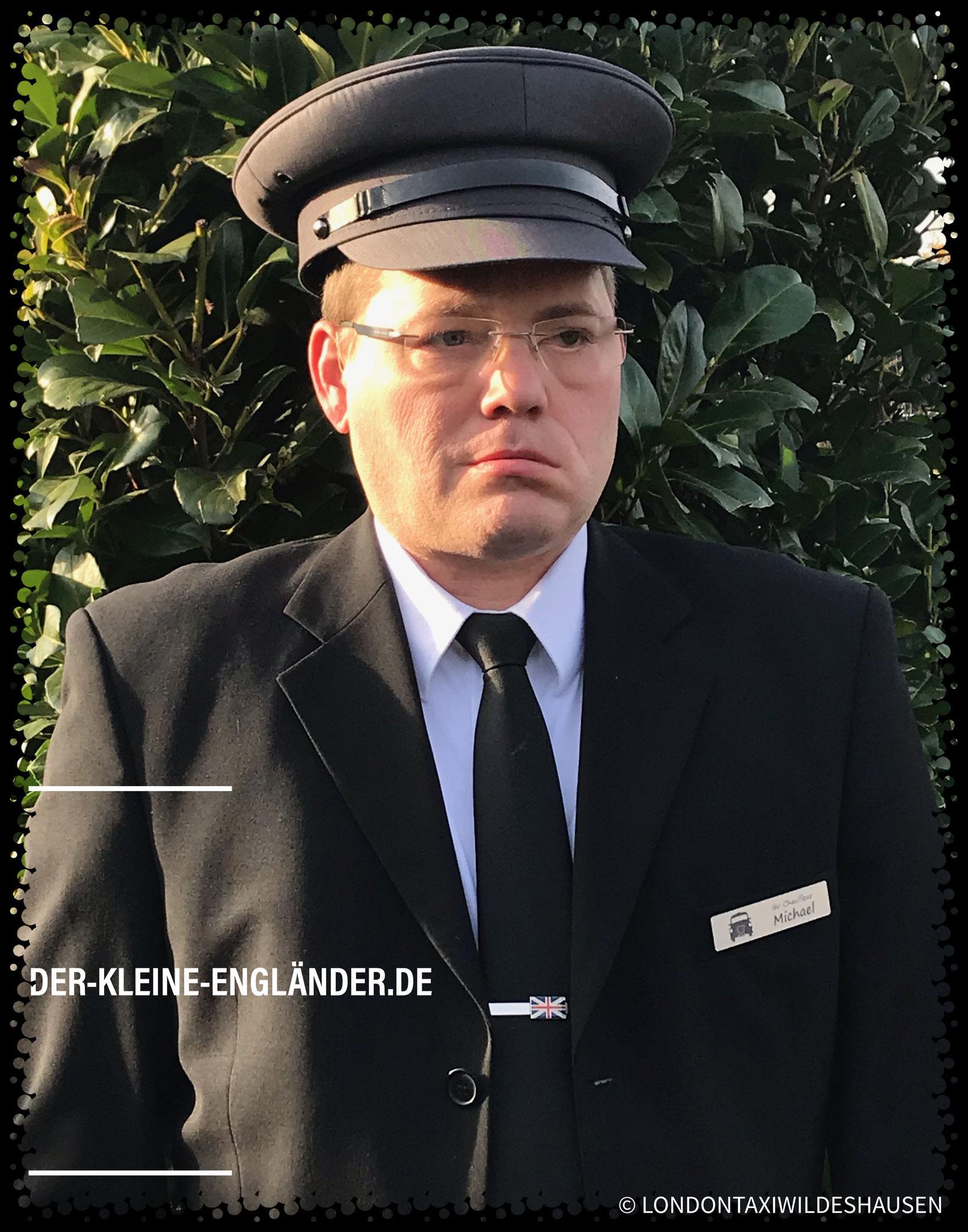 Chauffeur mit schwarzer Krawatte