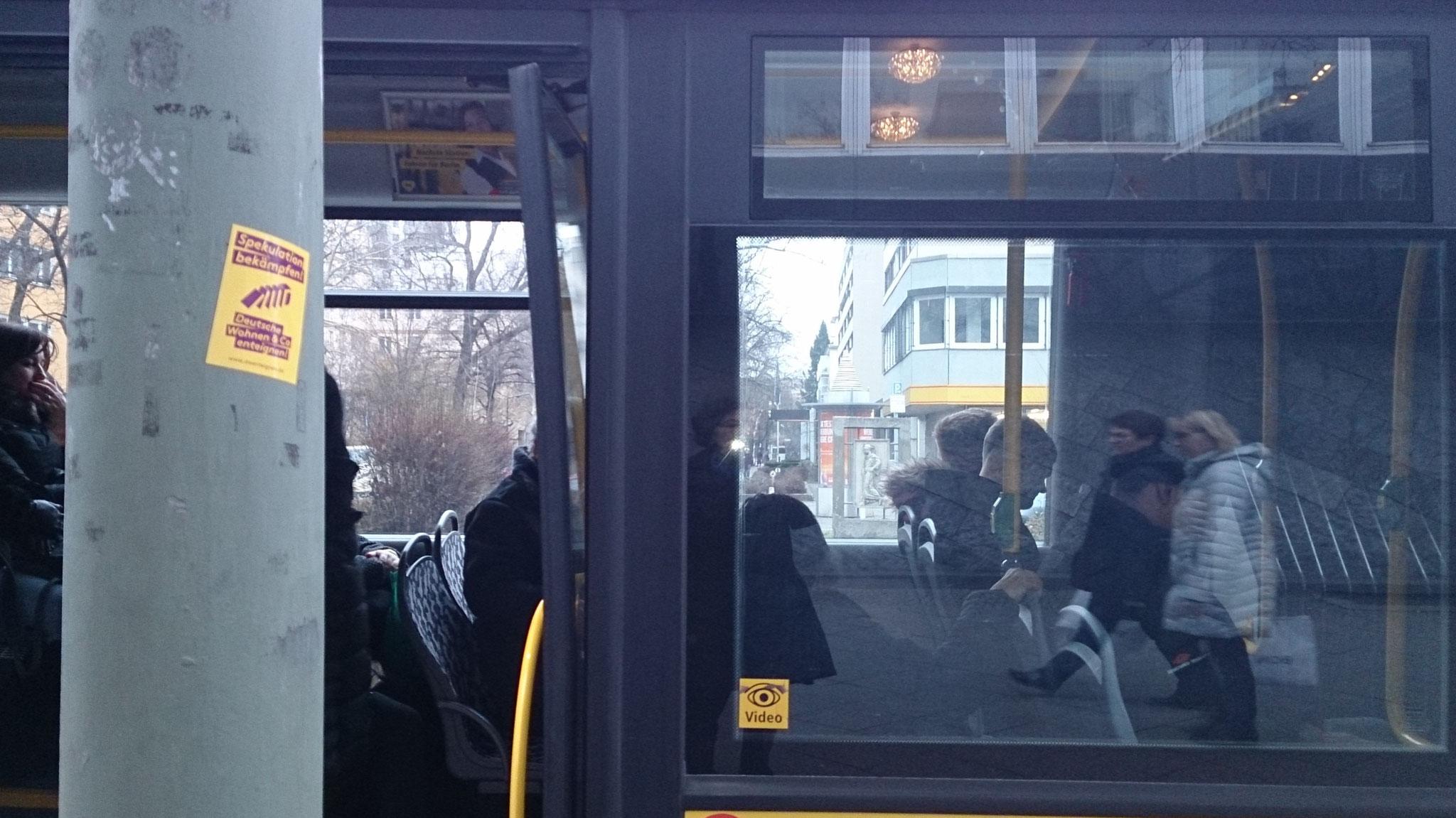 durch die Busfenster, Mahnort.
