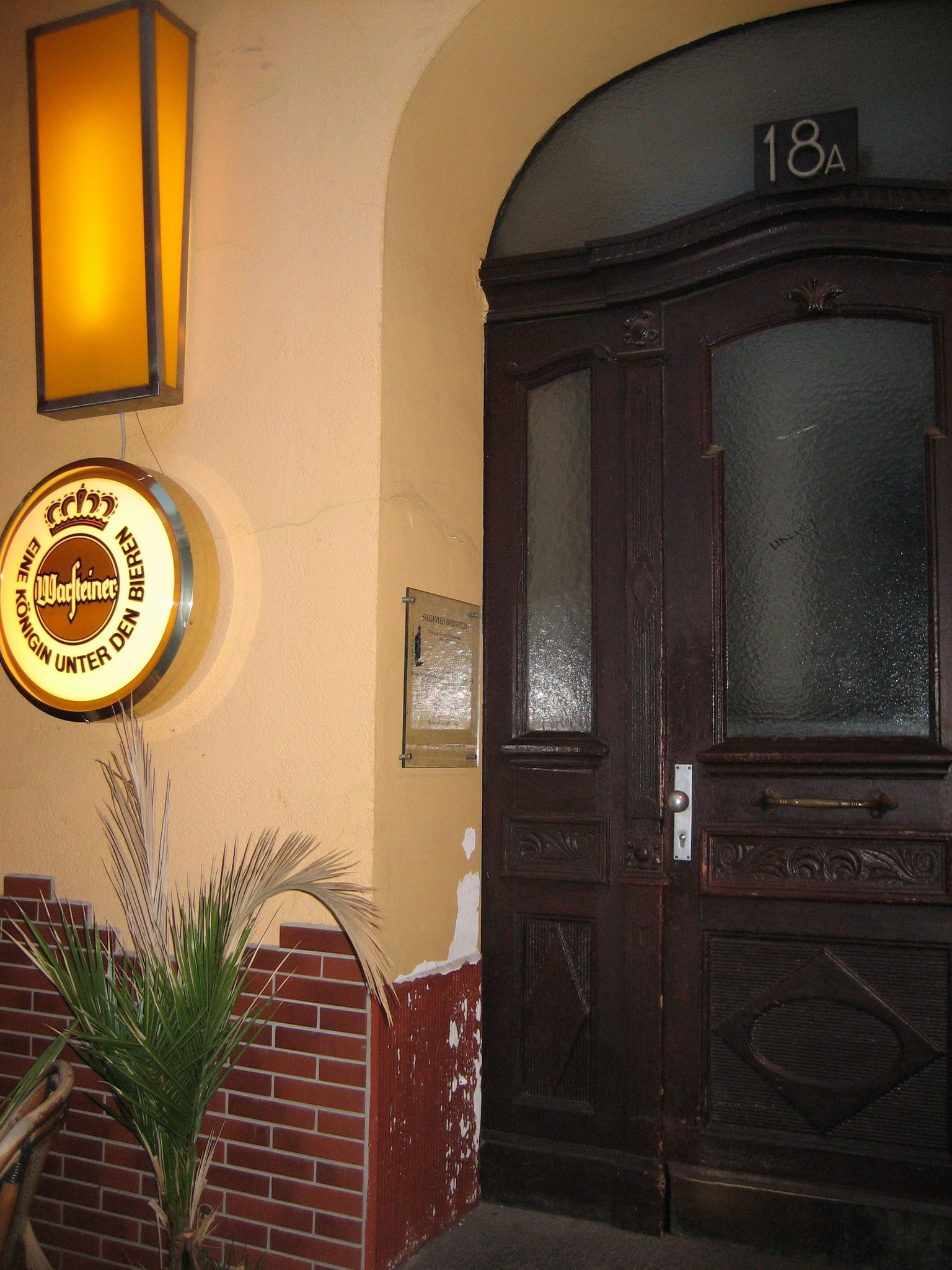 Die Tafel wurde, zugunsten der Bierreklame versetzt