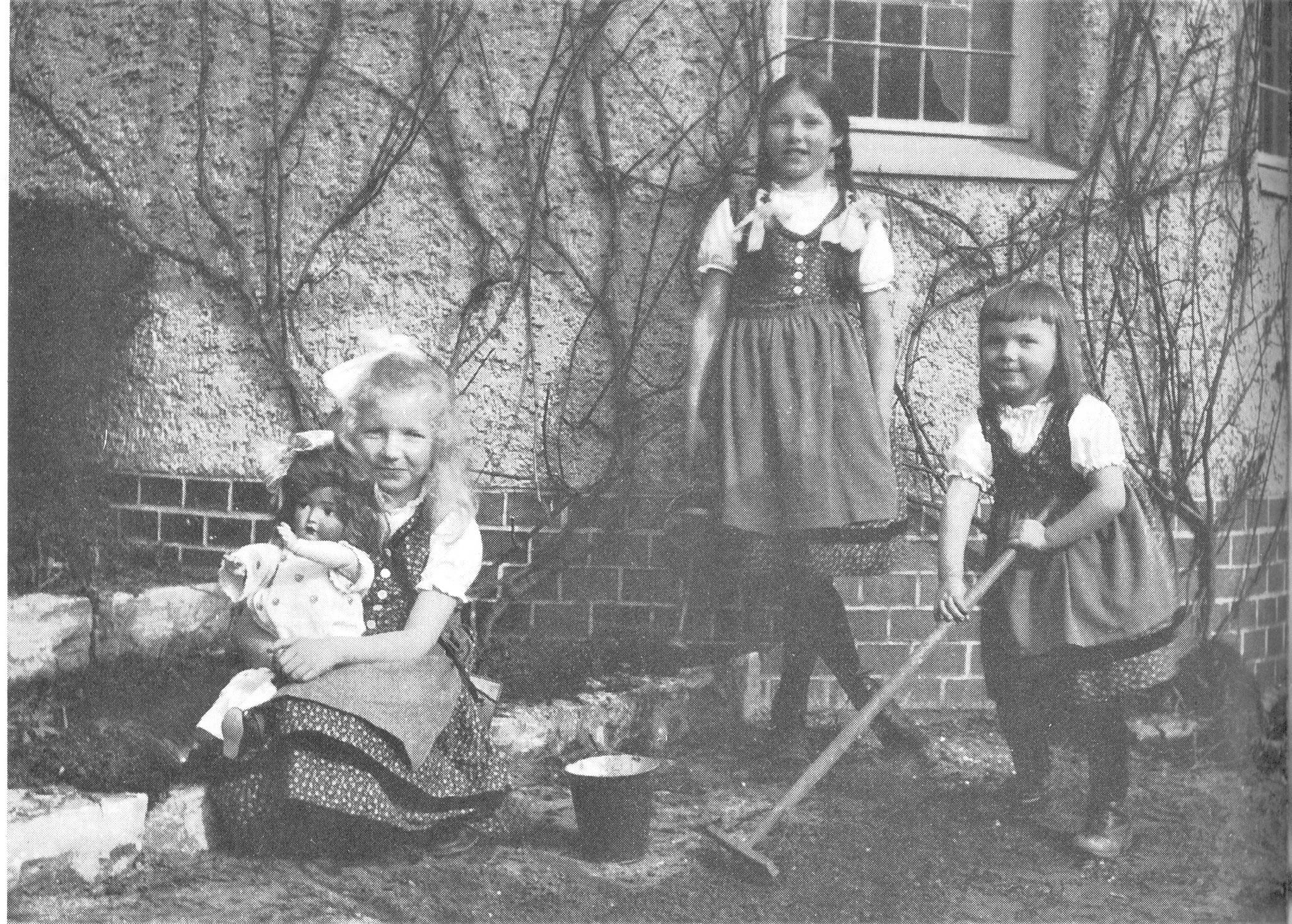 2. Marianne, Brigitte und Renate, Sophie Charlottestr. 15
