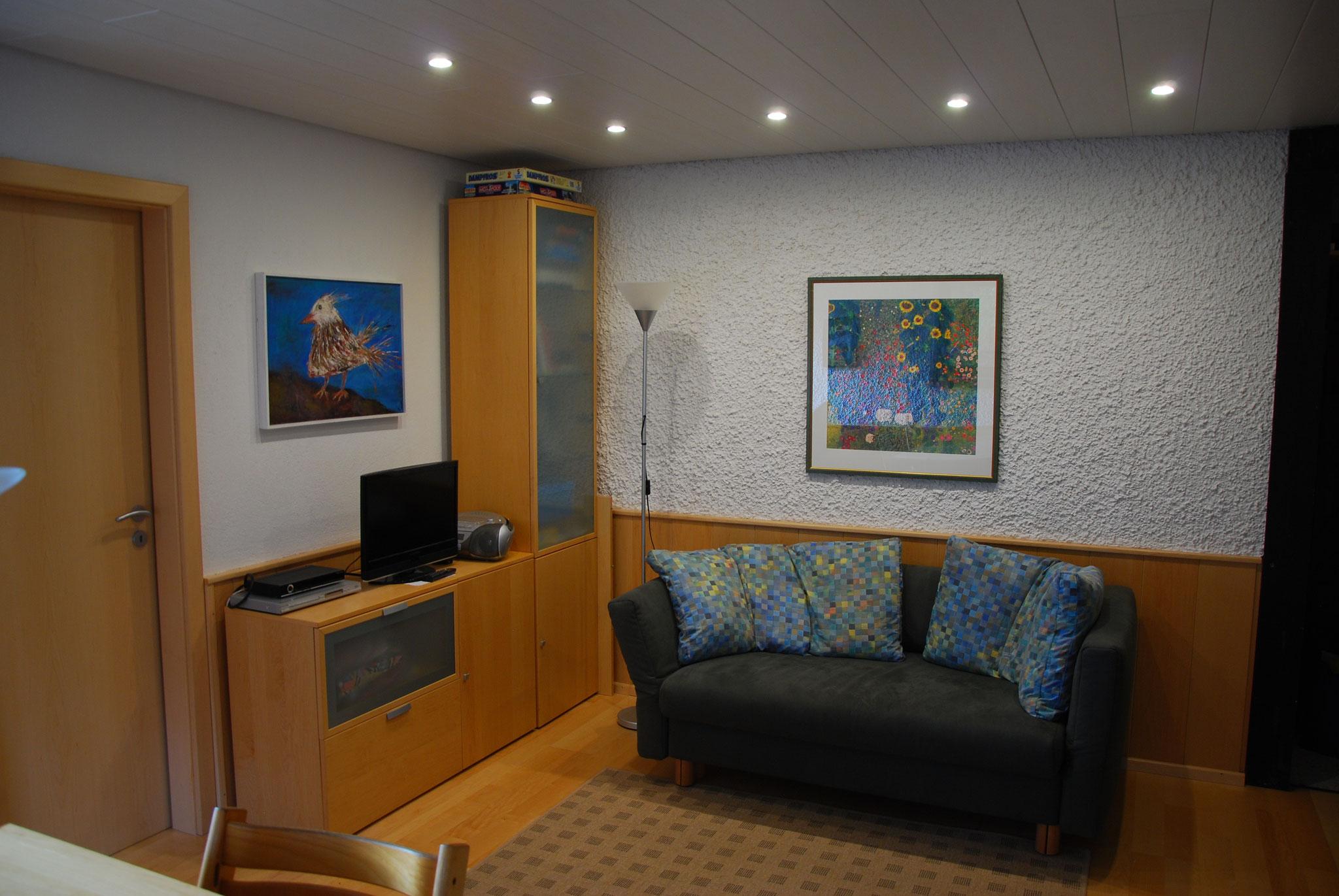 Der Wohnbereich mit Sofa und Fernseher