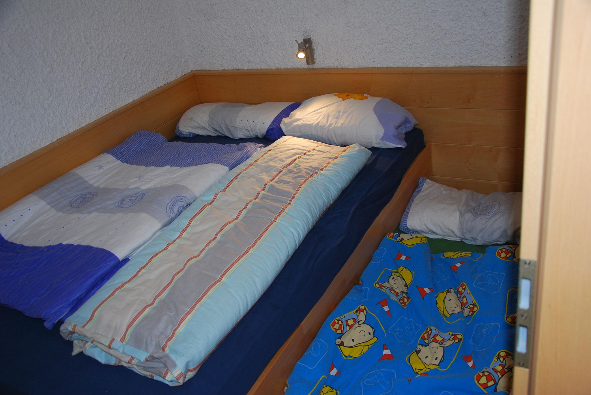 Separates Schlafzimmer mit Doppelbett und ausziehbarer Kindermatratze