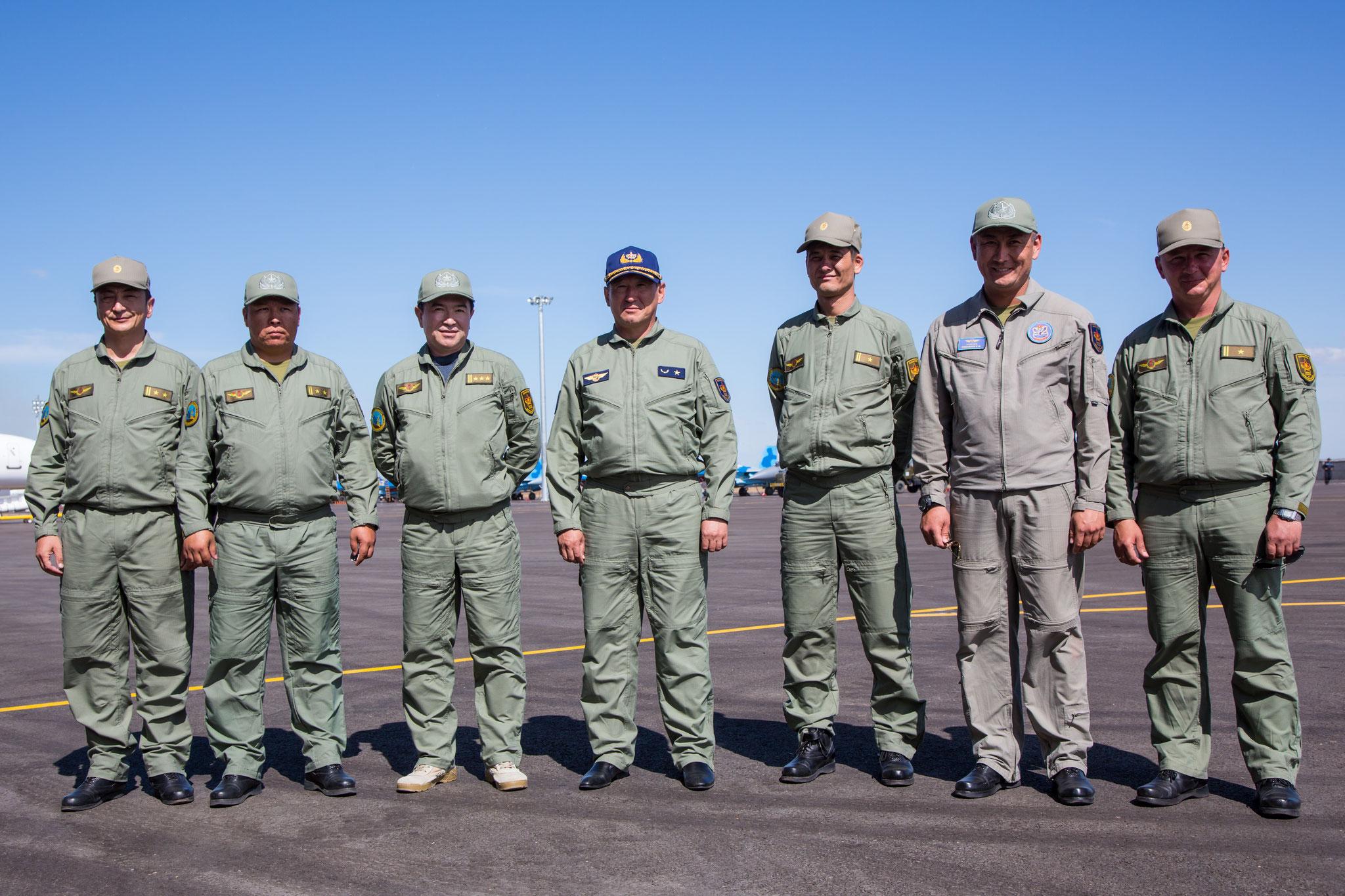 Die Piloten mit Oberst Omarov (3.v.l.) und dem Chef der Luftwaffe (mitte)