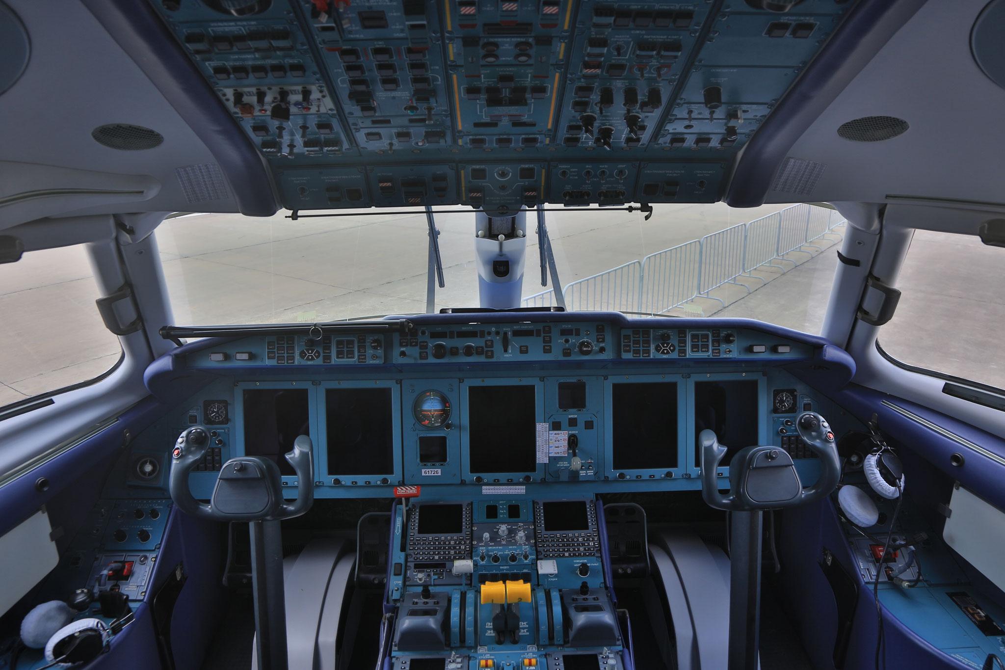 Das Cockpit der Antonov An-148.