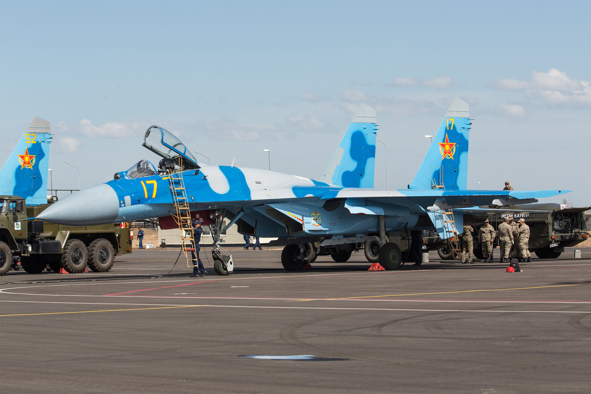 Techniker bereiten die Sukhois für den Heimflug vor.