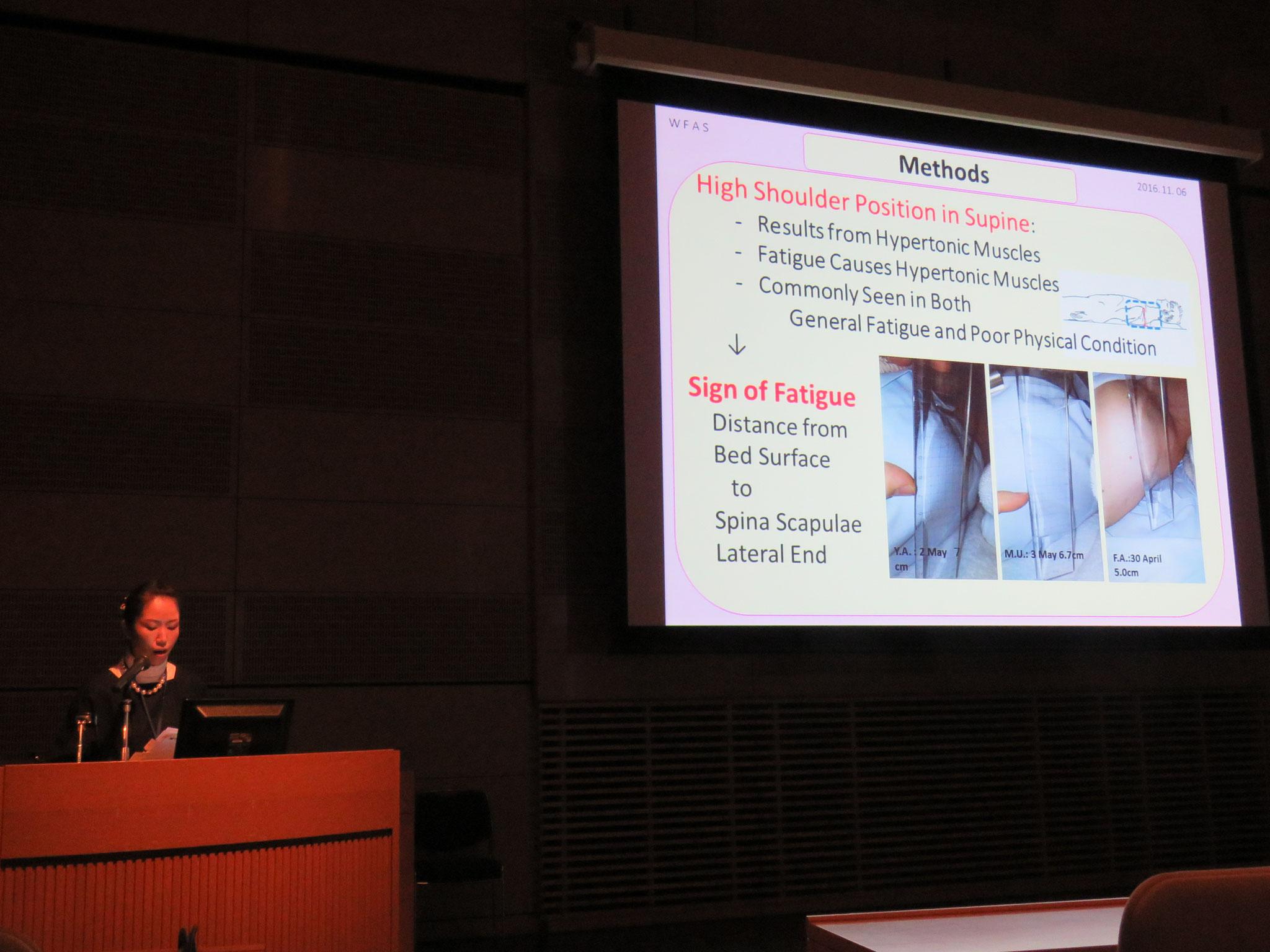 2016年世界鍼灸学会にて口頭発表の様子/肩がベッドから浮いている説明