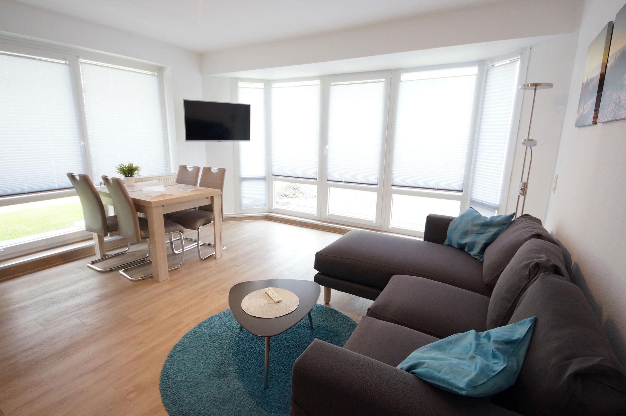 Wohnzimmer mit Essbereich und TV