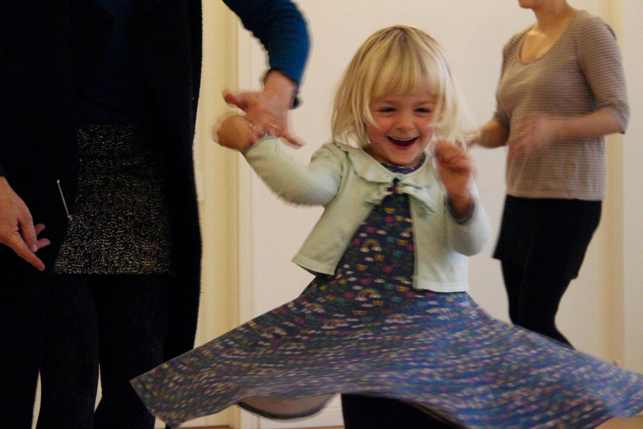 Zusammen tanzen - lieben Große und Kleine!
