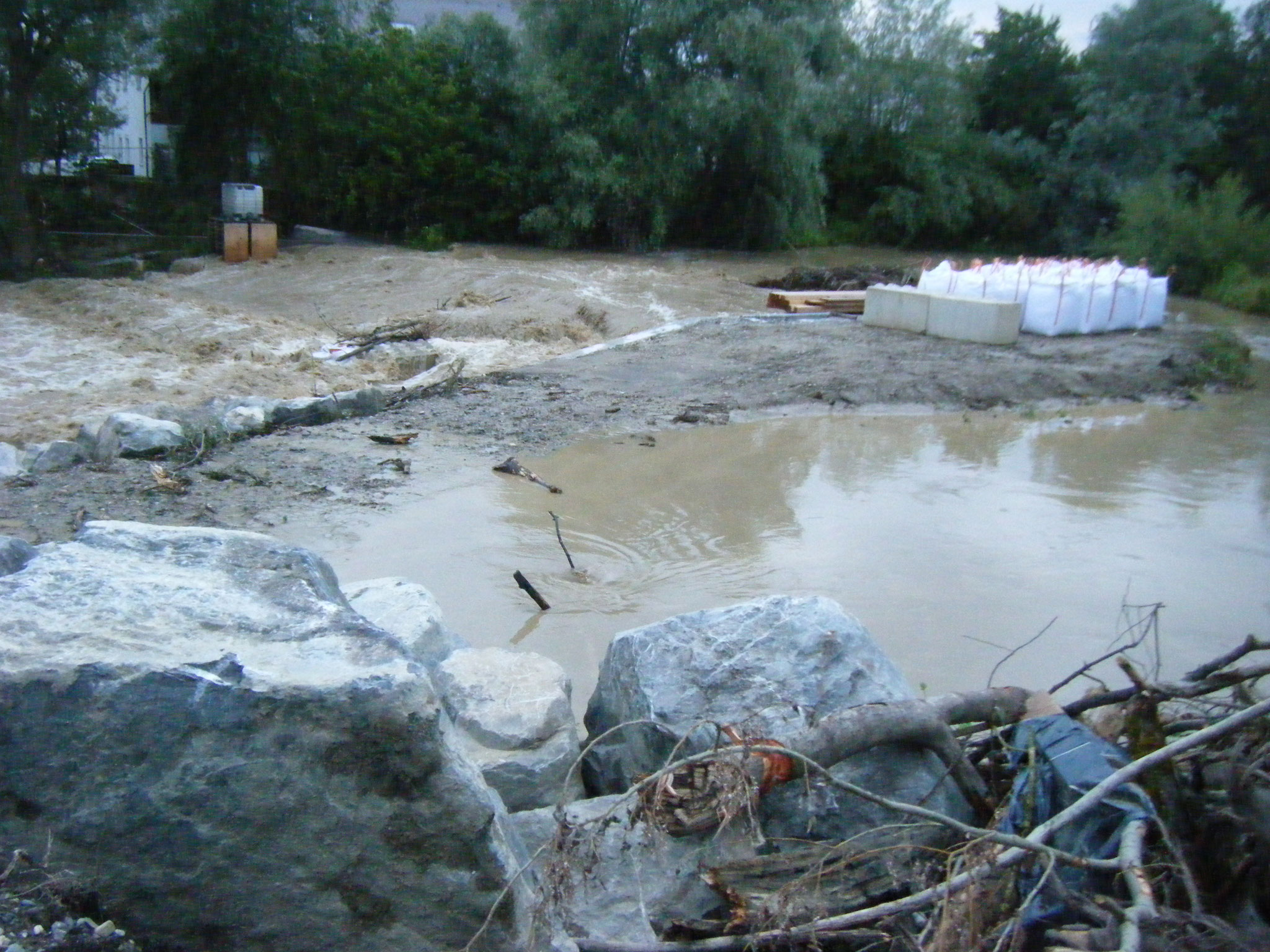 Am Damm des Allmansweiler Baches hat sich beim Rohr-Einlauf ein Strudel gebildet. Vermutlich sind die Rohre durch Schwemmgut teilweise blockiert