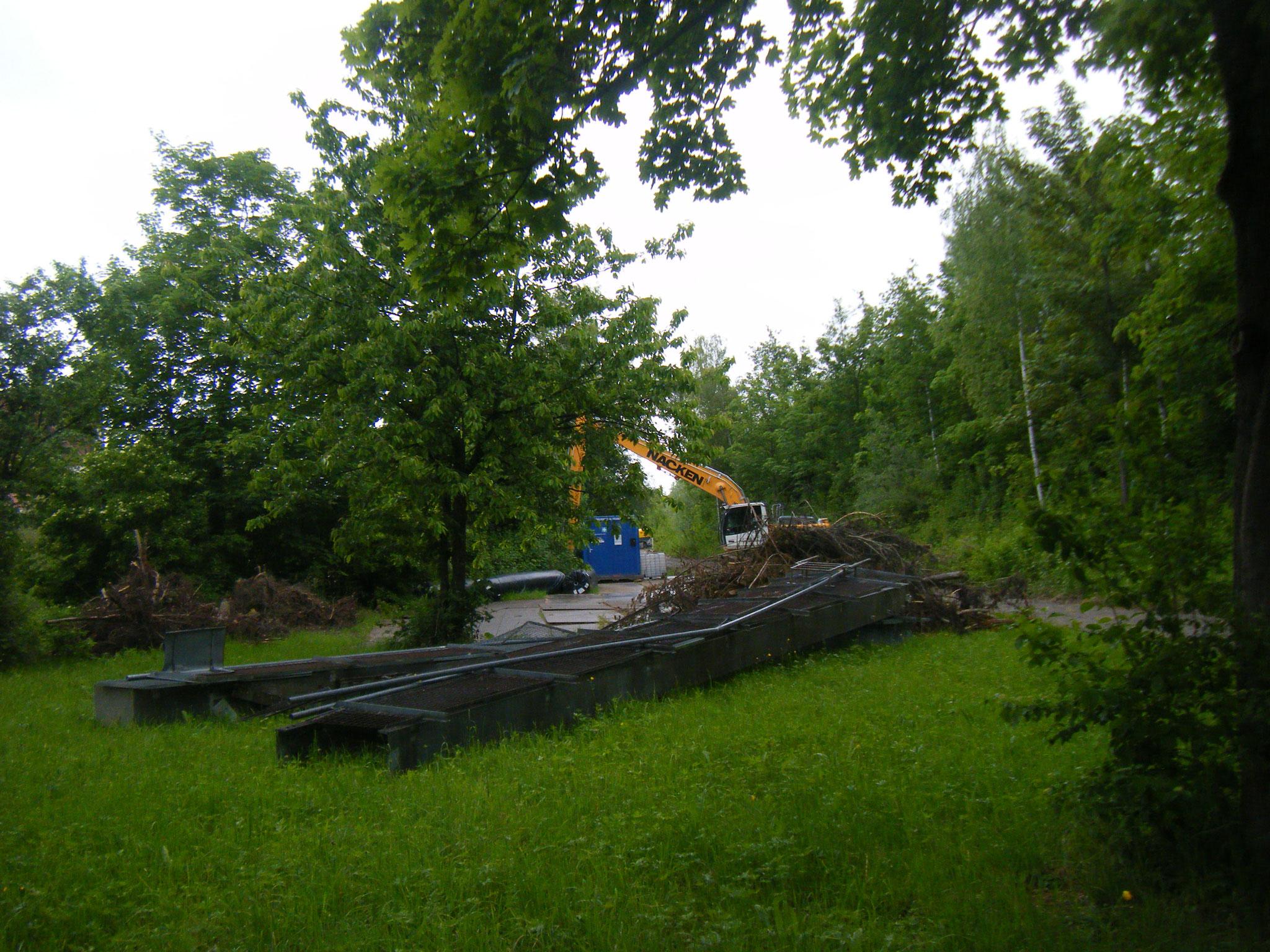 Der Steg ist nun ganz abgebrochen und wurde auf der vorderen Wiese abgelegt
