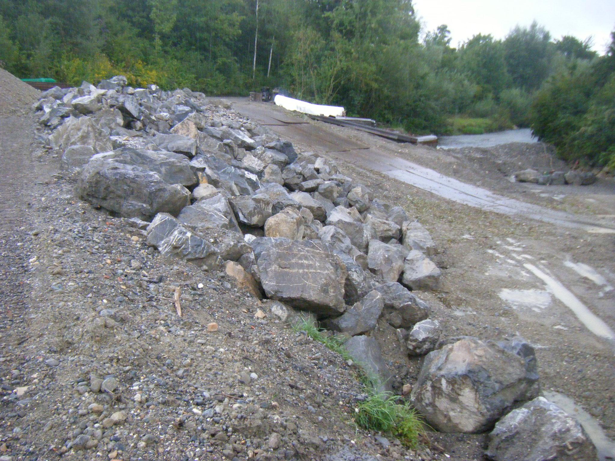 Der Osthang ist mit großen Steinen geischert, das Flussbett hat eine Zufahrt für die Bagger