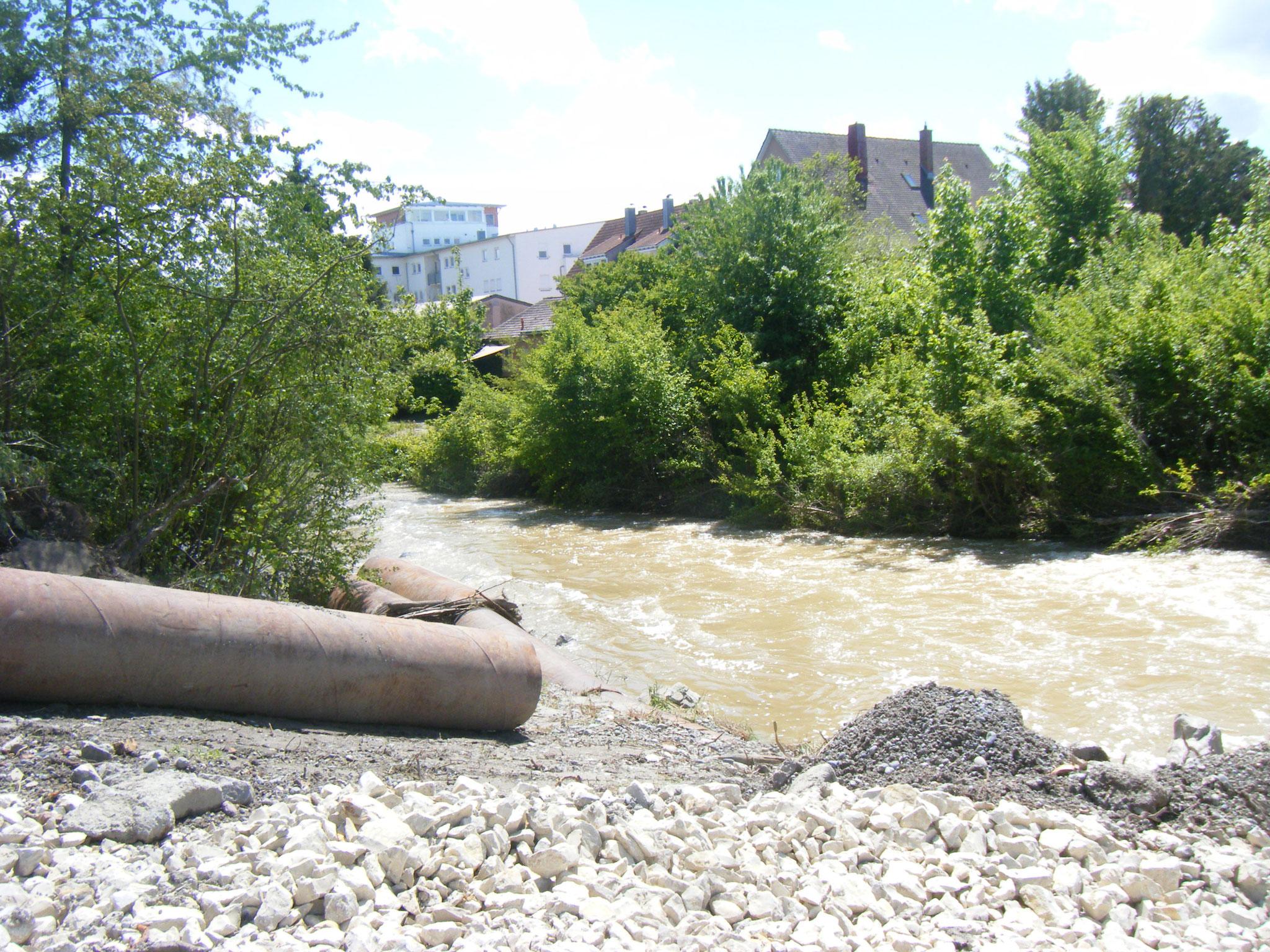 es werden Stahlrohre verlegt, um den Allmannsweiler Bach unter der schrägen Böschung durchzuleiten
