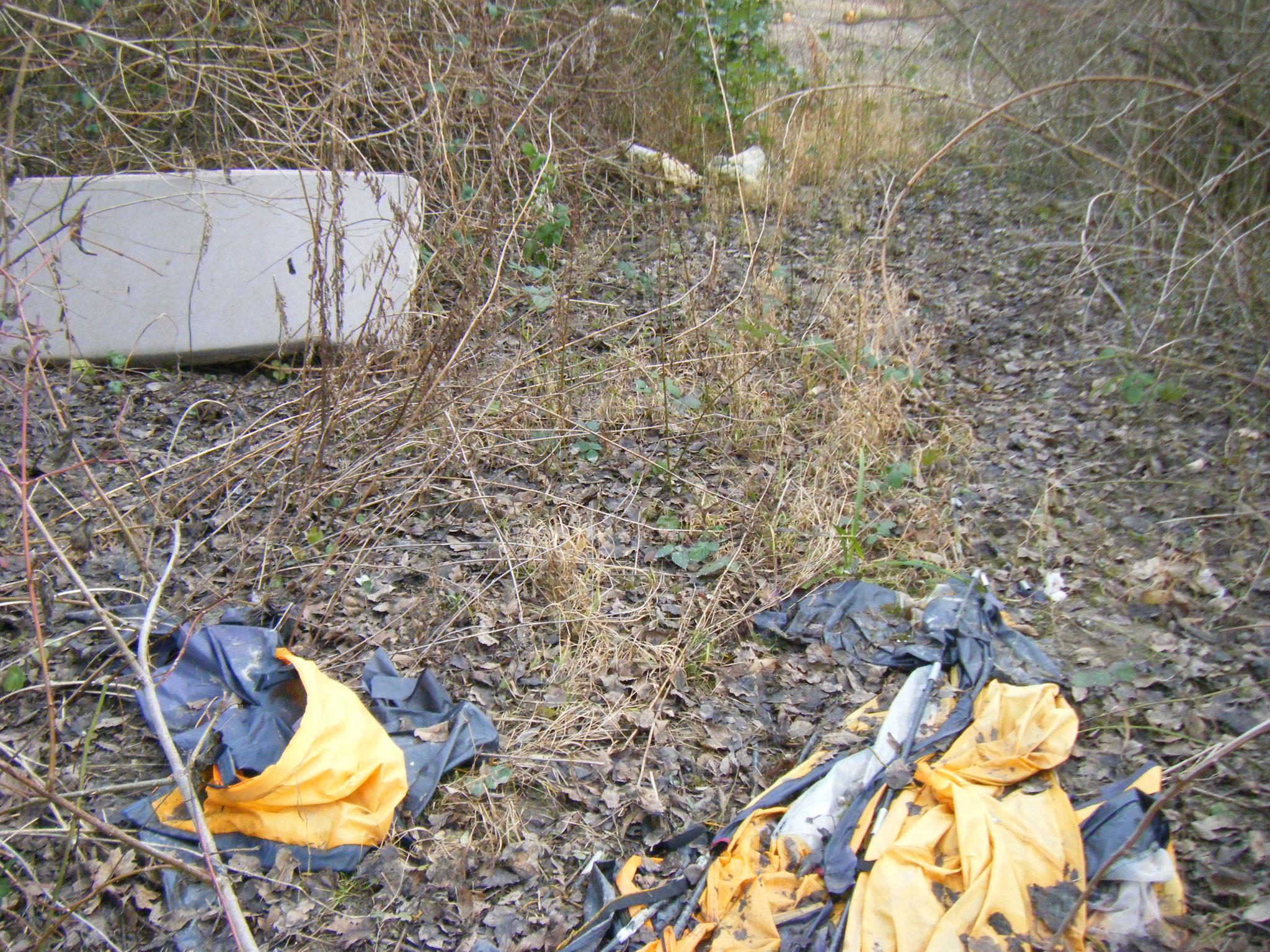 mehrere Matratzen, ein kaputtes Zelt