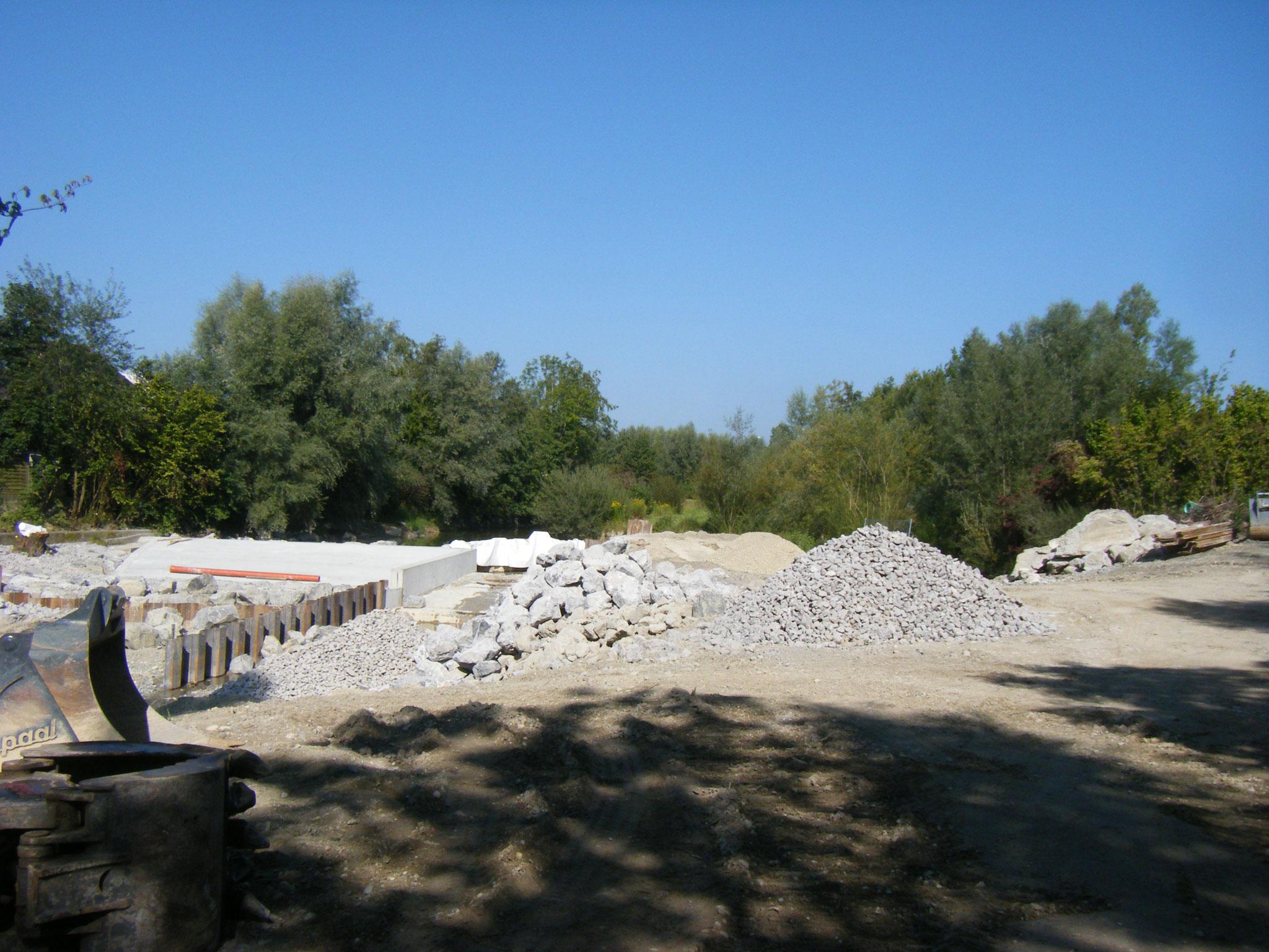 große Mengen unterschiedlich großer Steine sind angeliefert worden