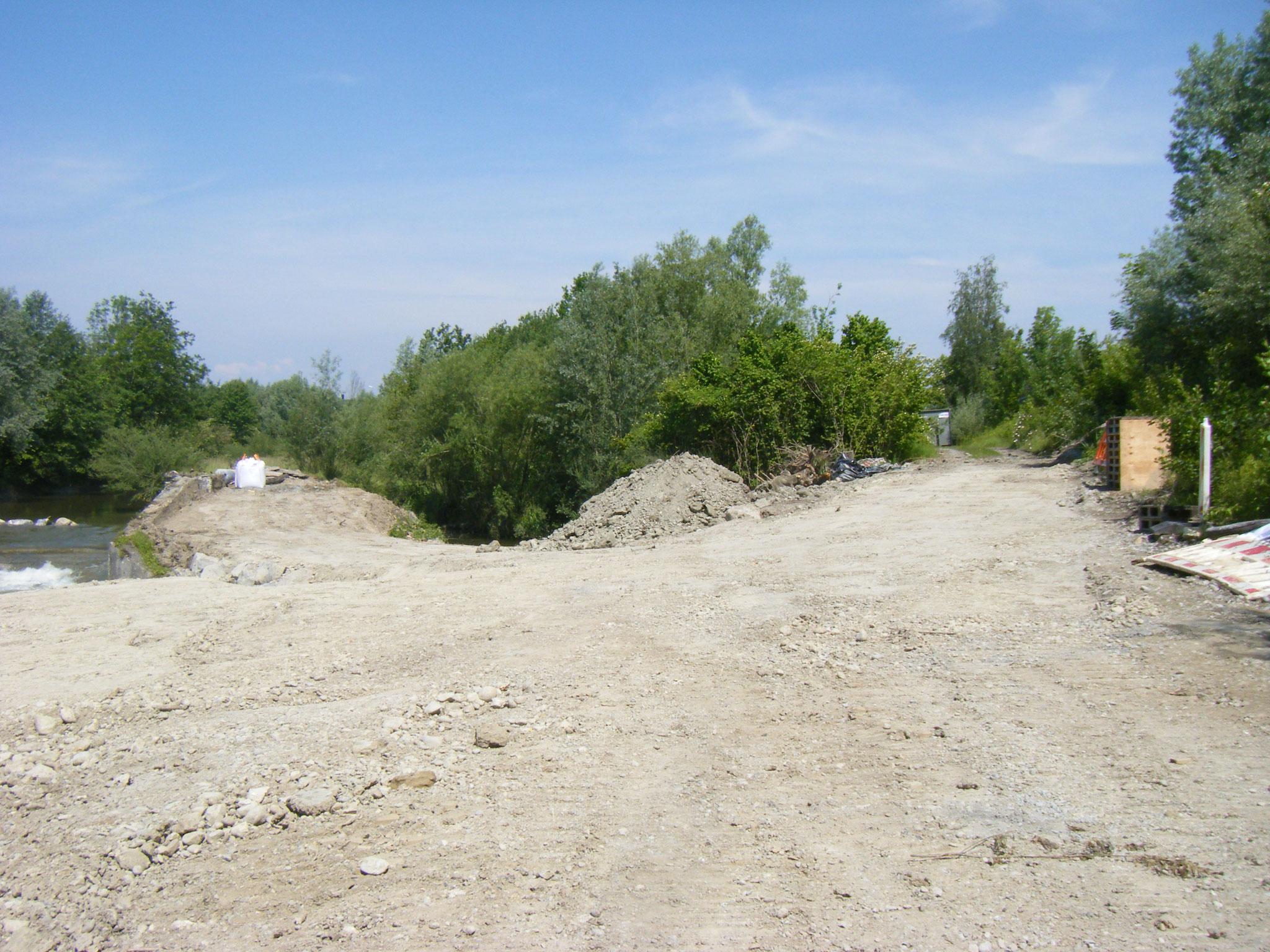 die ganze östliche Fläche ist eingeebnet und ein breiter, stabiler Wall leitet den Allmannsweiler Bach durch das Rohr