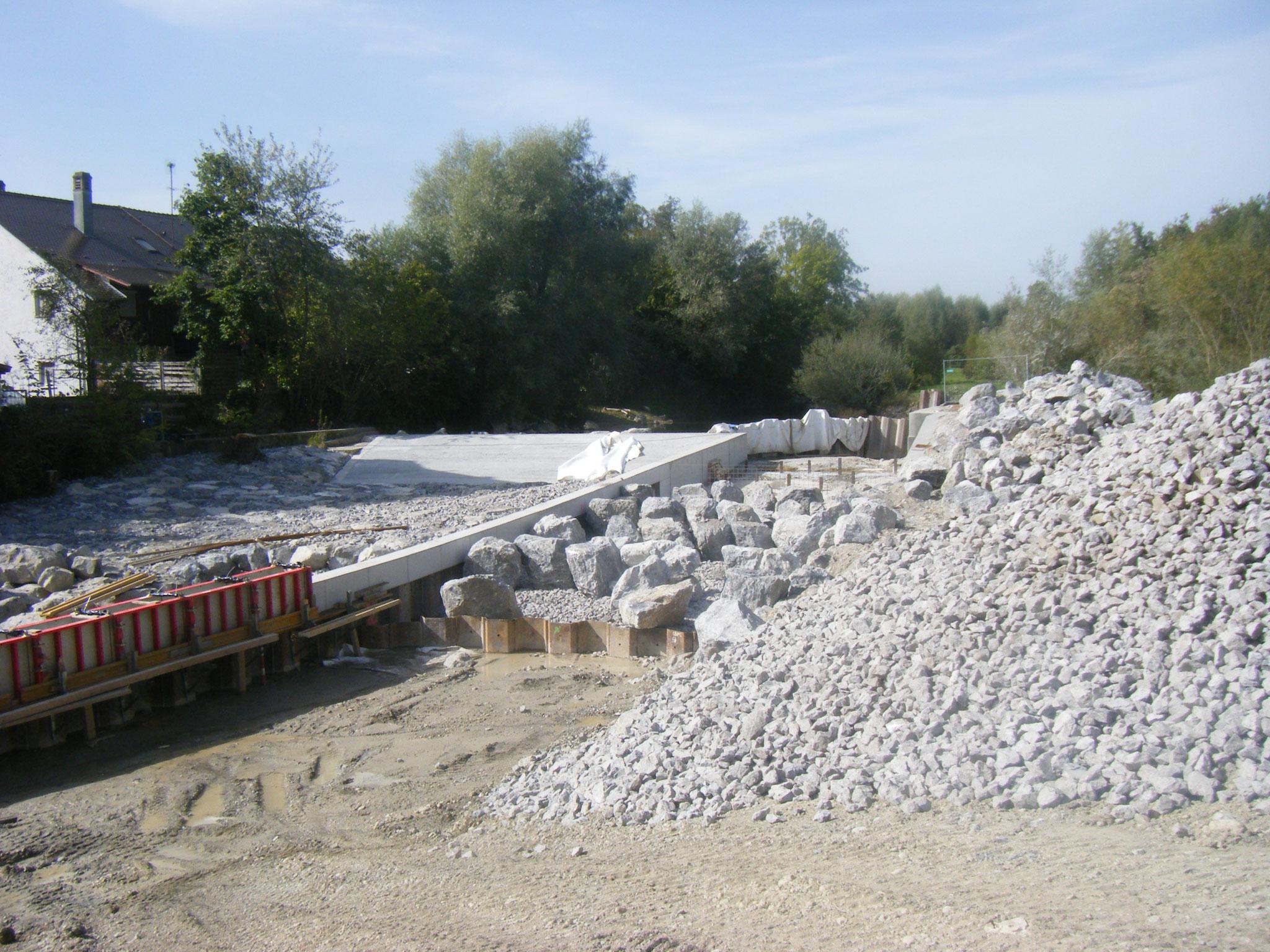 Die westliche Begrenungsmauer wird nach Süden fortgeführt, im späteren Bachbett werden erste Steine zur Ausgestaltung der Rampe gesetzt