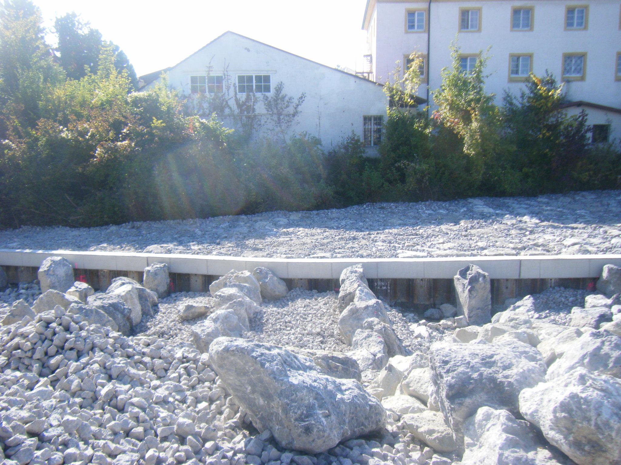 Die großen Steine werden quer zur Fliessrichtung aufgereiht, damit die Fische später von Becken zu Becken gelangen können