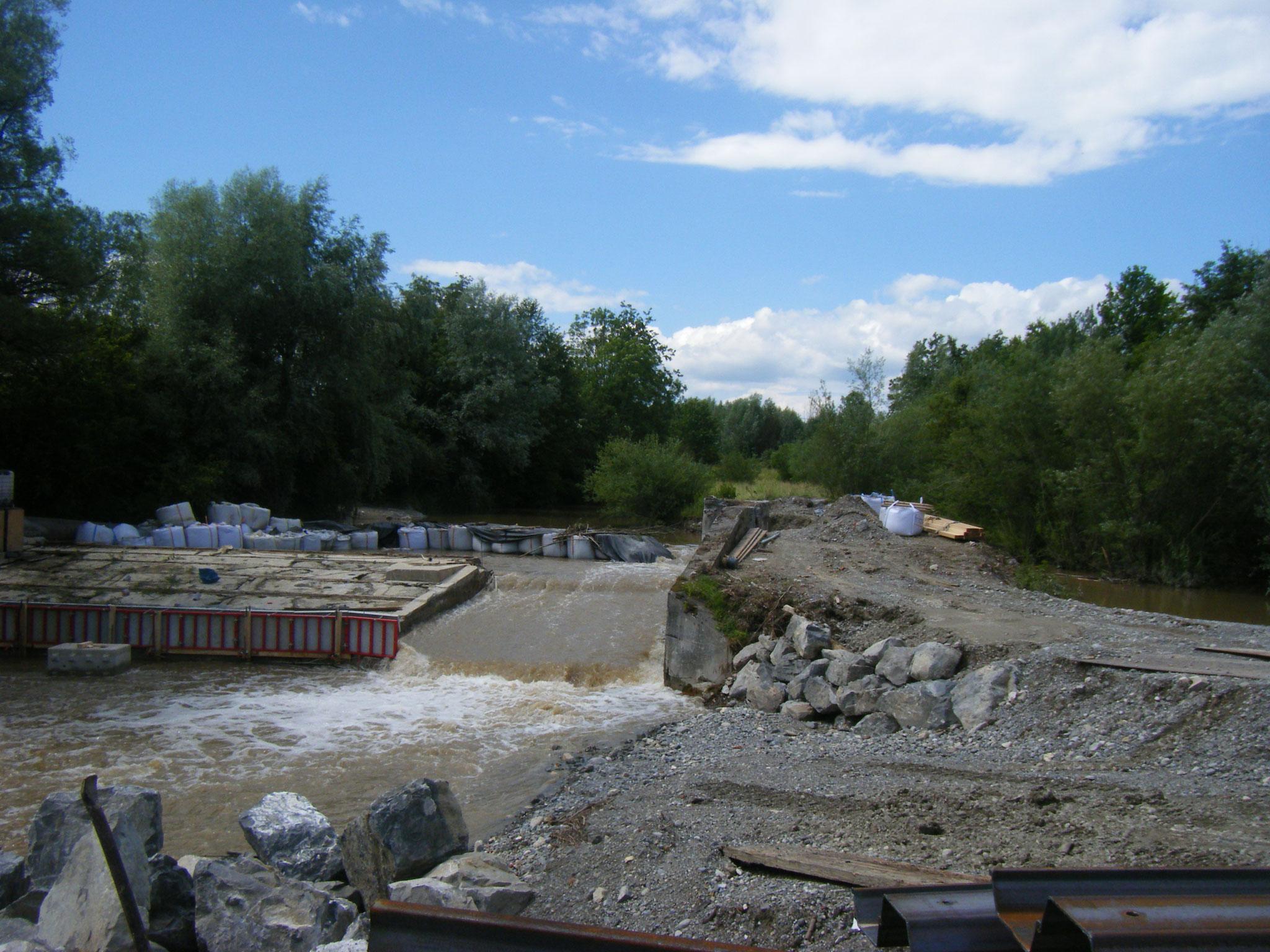 Fast das ganze Rotachwasser fliesst nach dem Sturm wieder über die Rampe. Der künstliche Damm oberhalb des Wehres ist links und rechts gebrochen