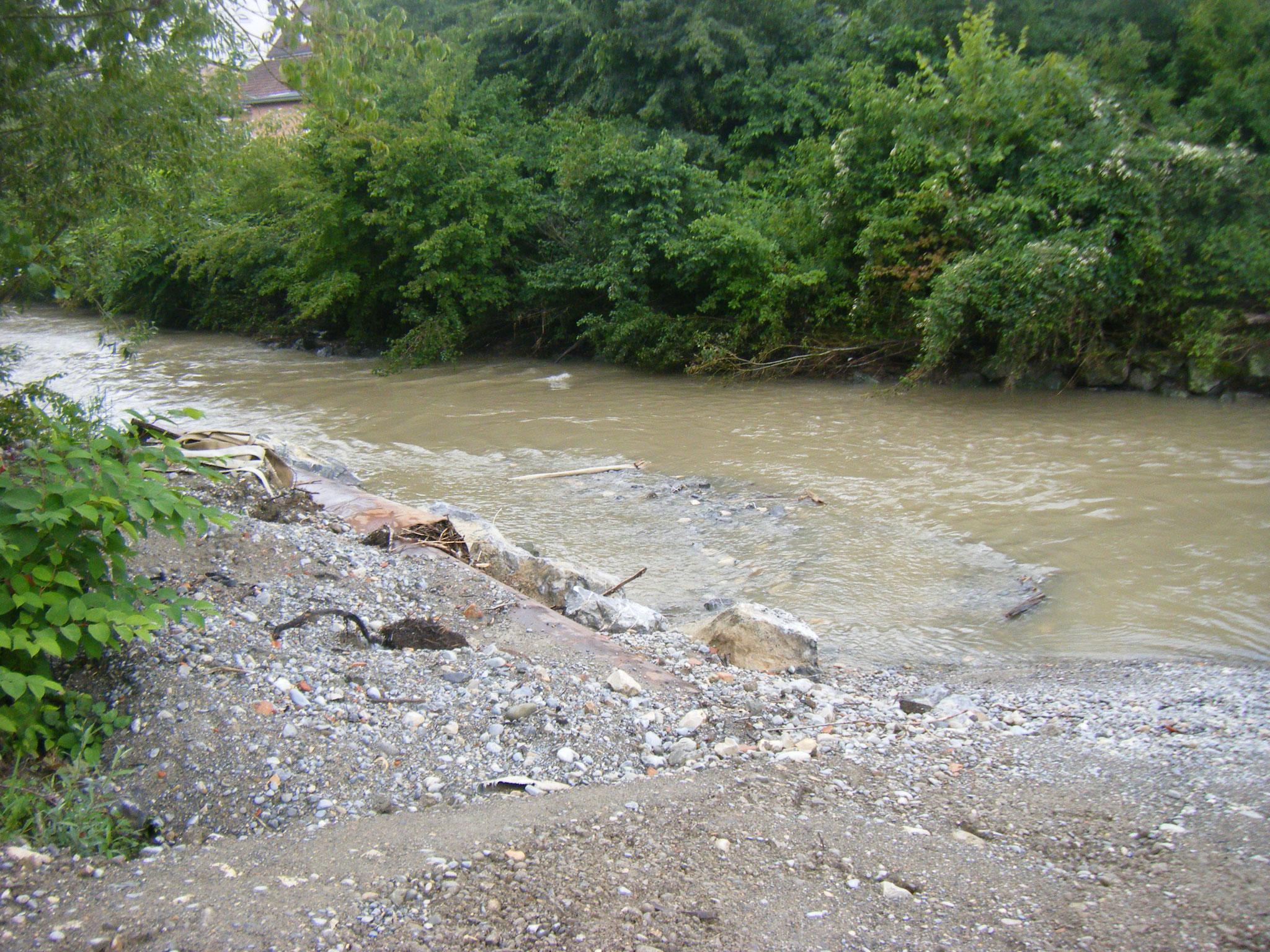 immer wieder führen Starkregen und Hochwasser zu Unterbrechung der Arbeiten. Die Rotach kann nur bis zu einem Wasserdurchfluss bis zu 5 cbm sicher umgeleitet werden. Dieser Wert ist im wasserreichen Juni/Juli 2021 fast ständig überschritten