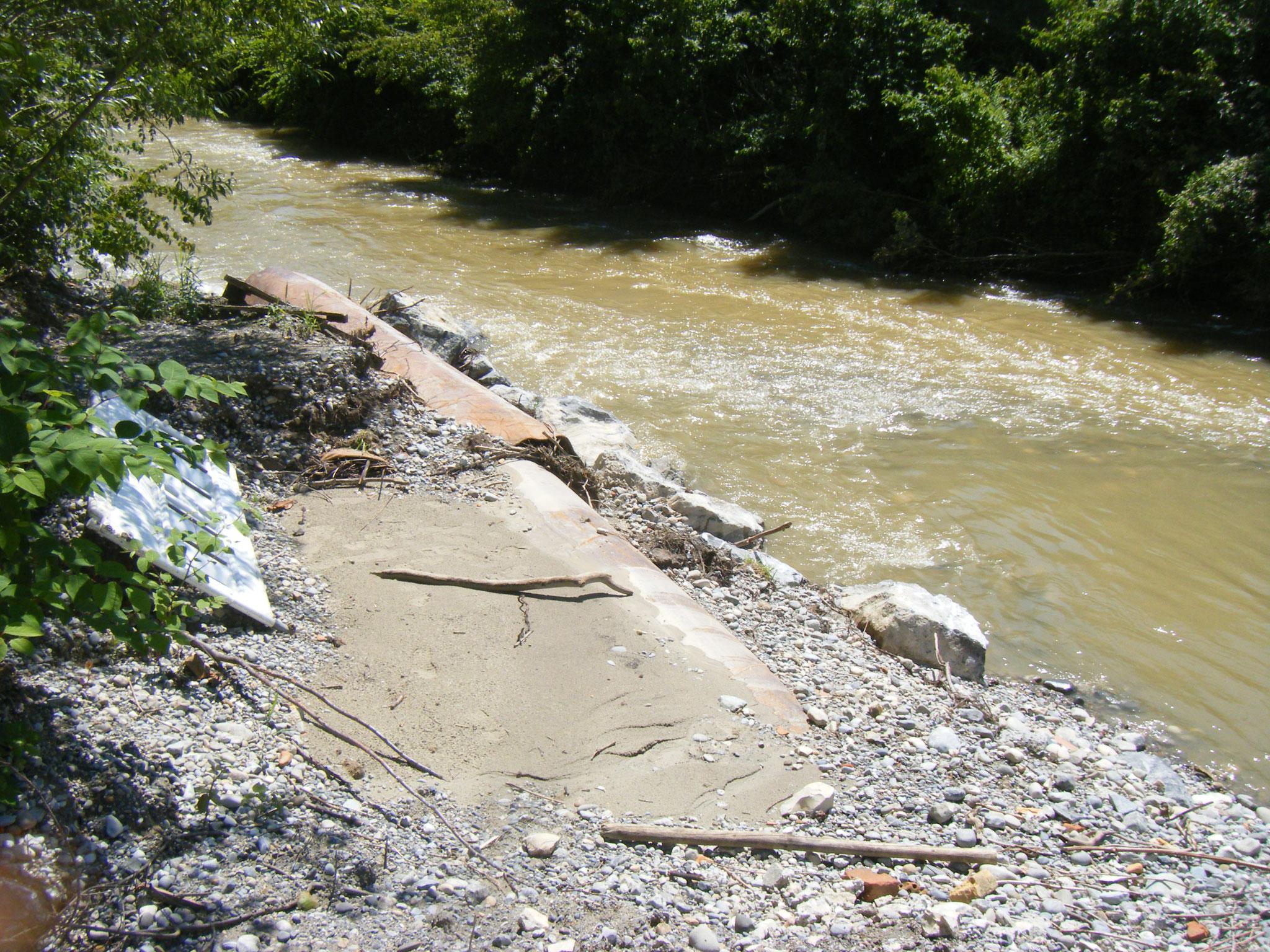 nachdem der Wasserstand weiter gefallen ist, sieht man die Abspülungen und das Treibgut, das die Rohre verstopft