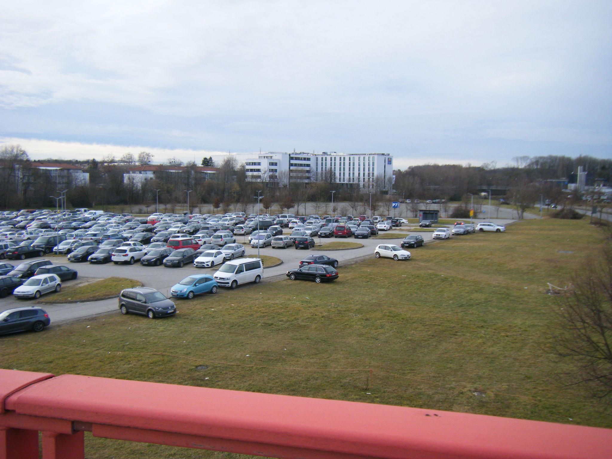 Würde sich besser als Biber-Auenwald machen: der Parkplatz P7 beim F & E-Zentrum