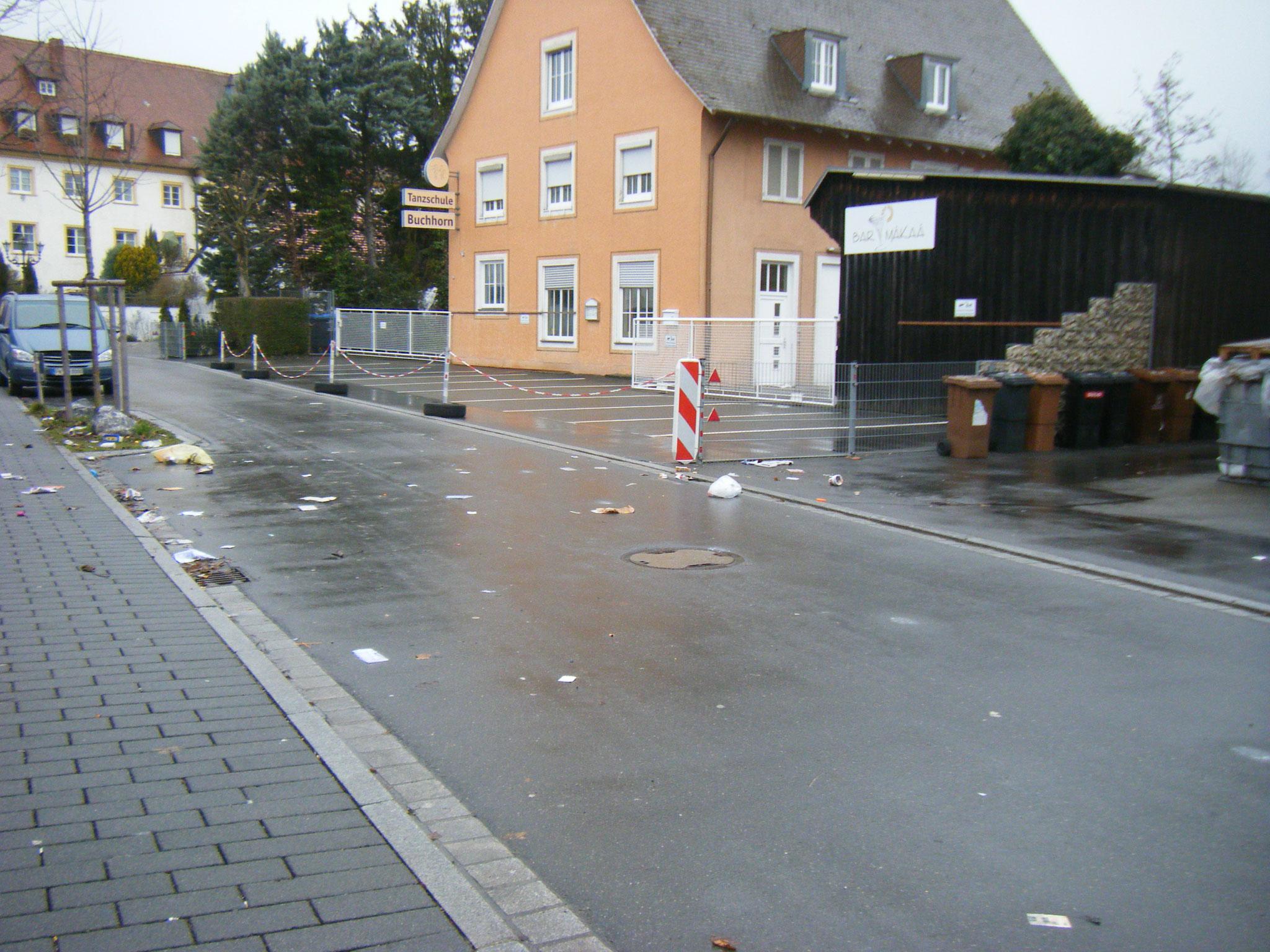 Aistegstraße, Nordteil: mehrere gelbe Säcke, zerrissen und über die Straße verstreut