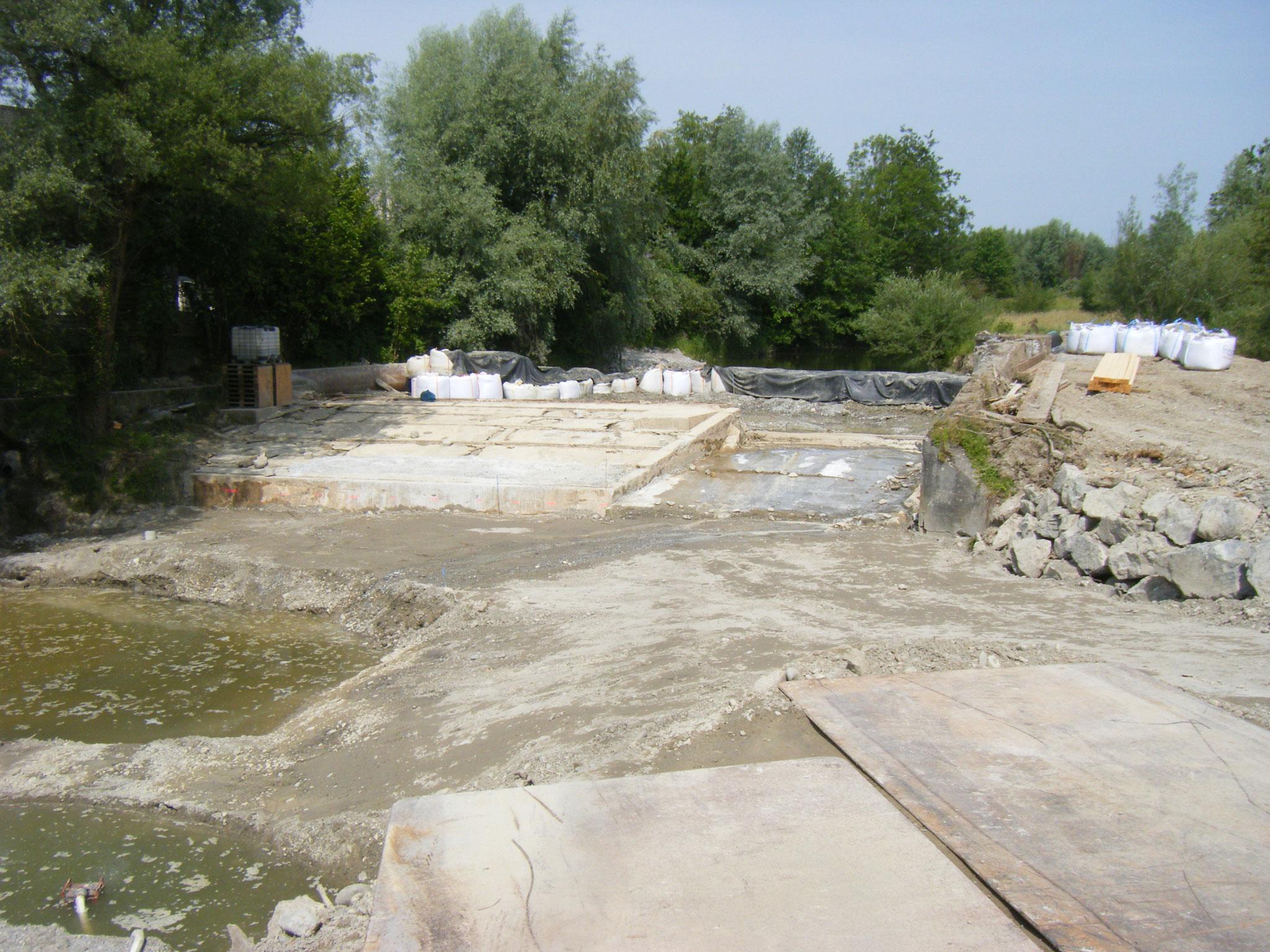 Die Höhlungen im Wehrkörper links sind verfüllt und der eigentliche Flusslauf fast ganz trocken gelegt