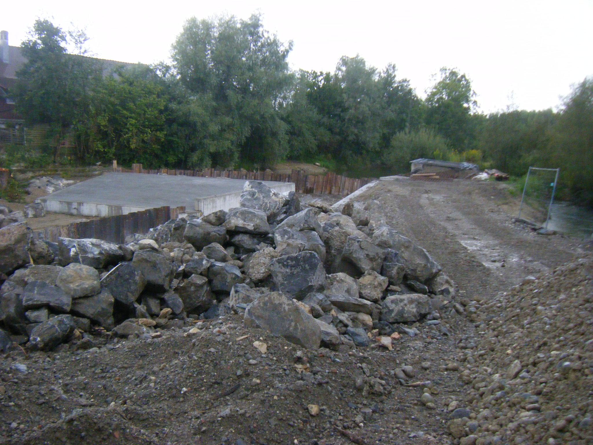 große Steine werden angeliefert, die zuerst die Umleitung des Allmannsweiler Baches sichern und später für die Raue Rampe vorgesehen sind