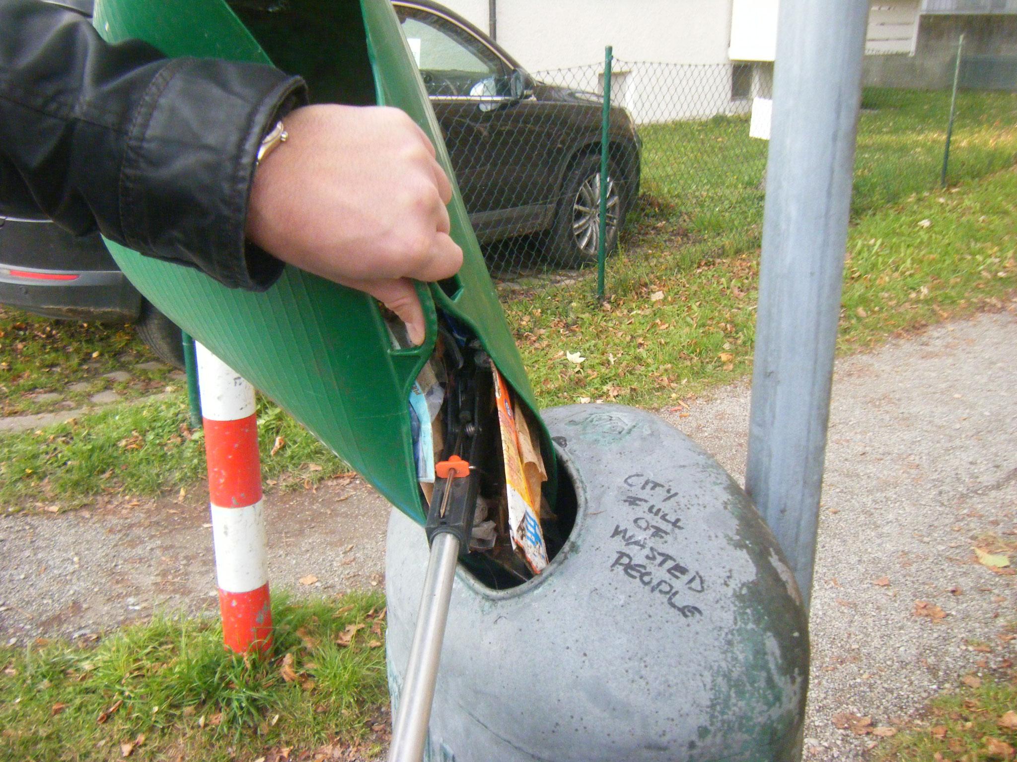 Vorteil vom Plastikkorb, man kann kleine Teile problemlos in öffentliche Mülleimer umfüllen