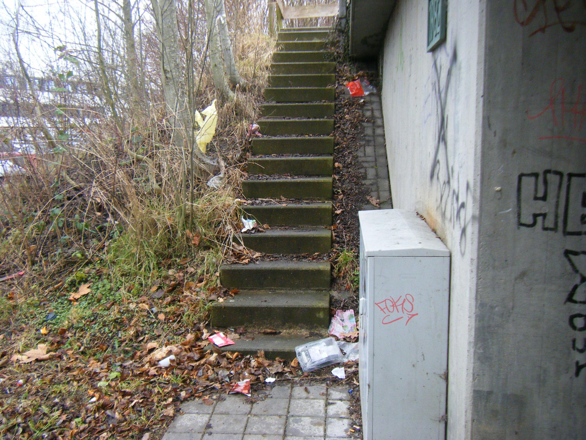 alle Treppen neben den Brücken sind völlig vermüllt