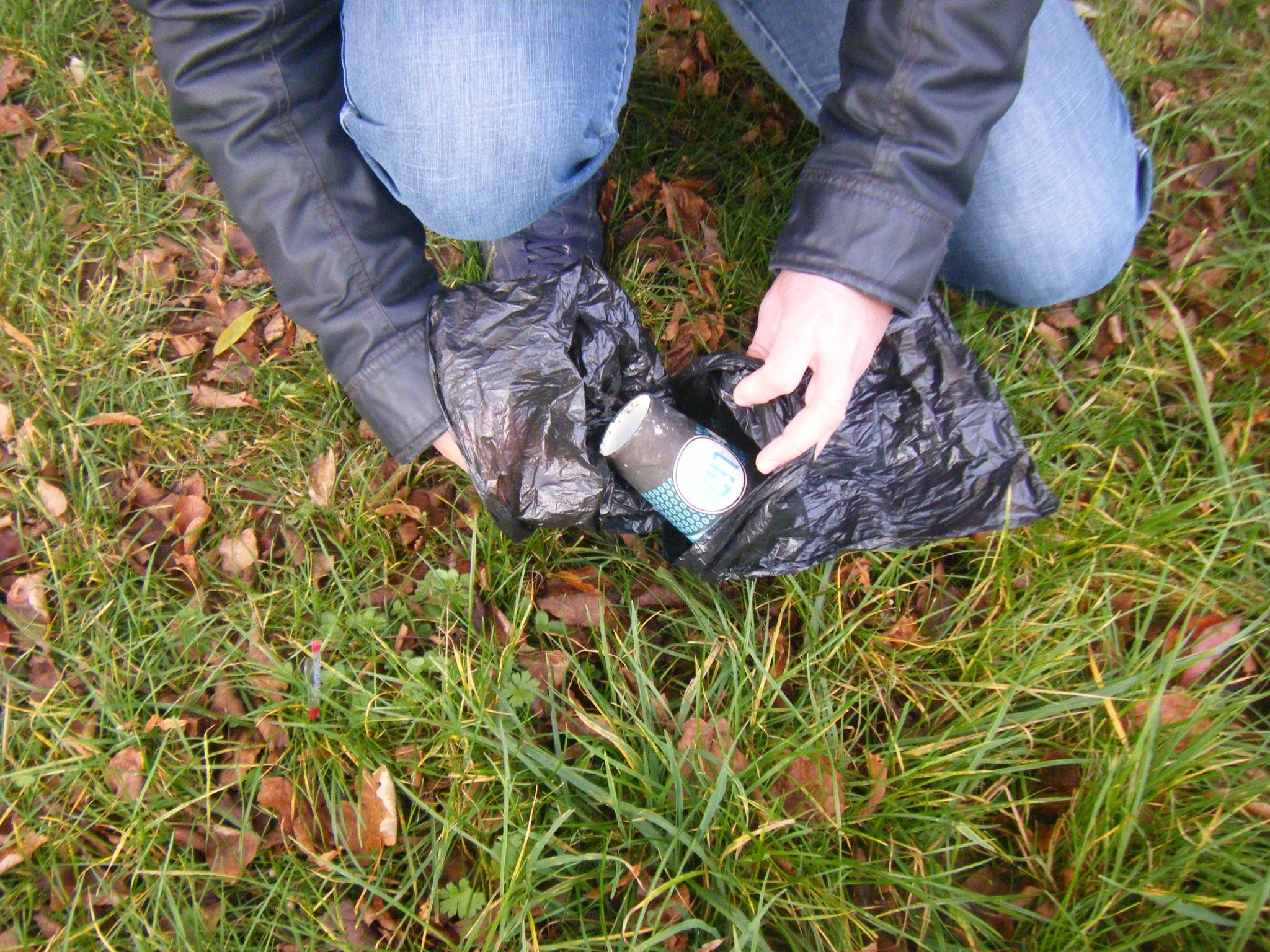 Notlösung für kleine Abfallmengen: zwei Hundetüten, von denen eine als Handschuh dient. die kleinen Tüten gehen auch in alle Abfalleimer