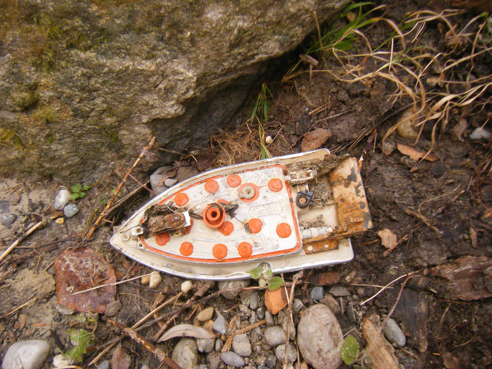 sieht aus wie ein Spielzeugboot, ist aber der untere Teil eines Bügeleisens