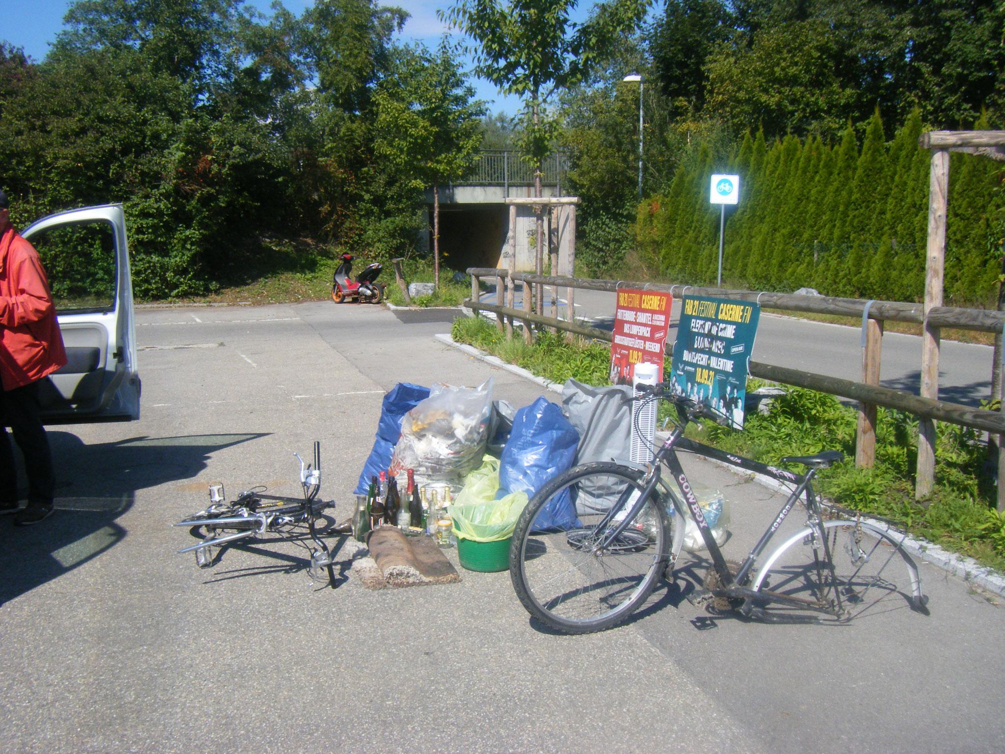 1 Roller, 2 Fahrräder, 5 Müllsäcke, etliche Flaschen, Elektrogeräte und diverser Müll in der Umgebung der Rotach