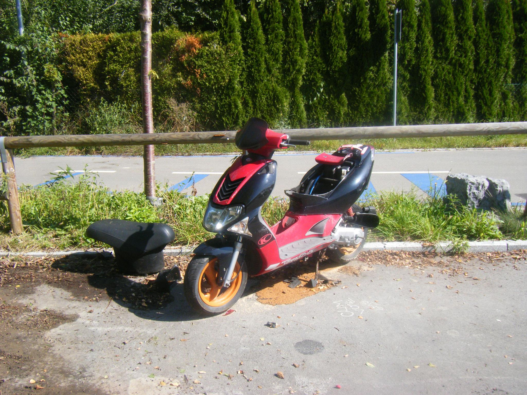 ein ausgeschlachtetes Rollerfahrzeug auf dem ZF-Parkplatz P 1 am Klostergelände